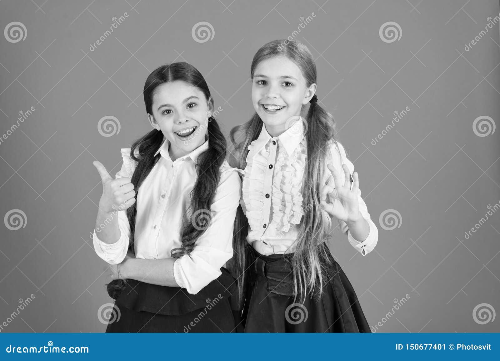 Concept d amiti? d ?cole Enfants gais Motivation ?tudiant avec le meilleur ami Uniforme scolaire de meilleurs amis de filles