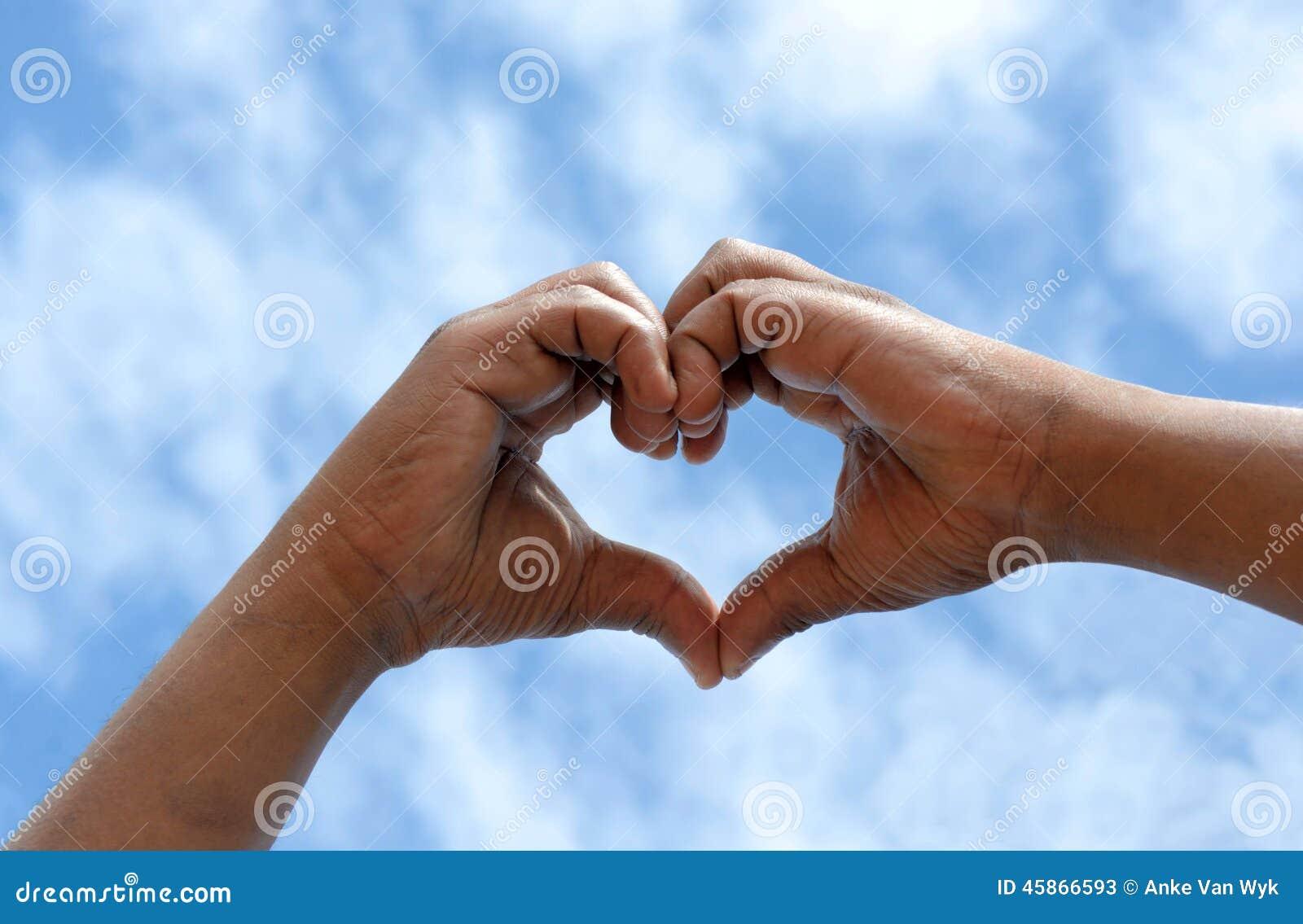 Concept d amour avec les mains noires sud-africaines