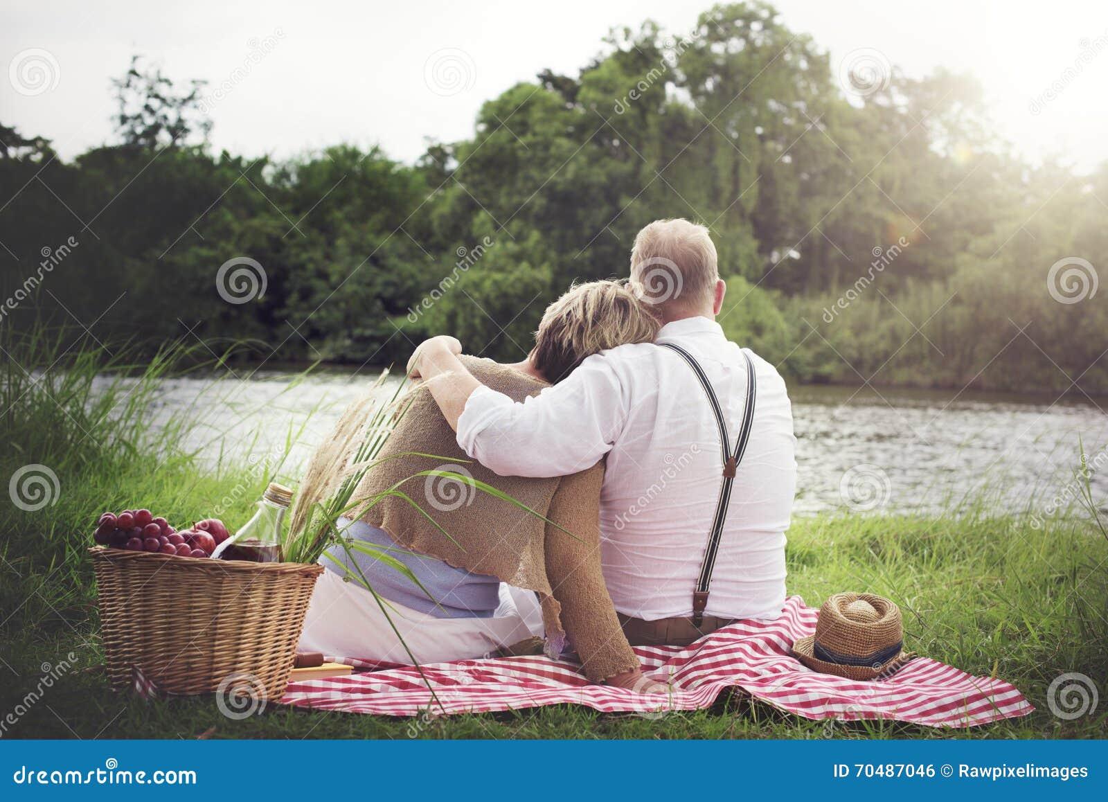 Concept d amour de relaxation de datation de mari d épouse de couples