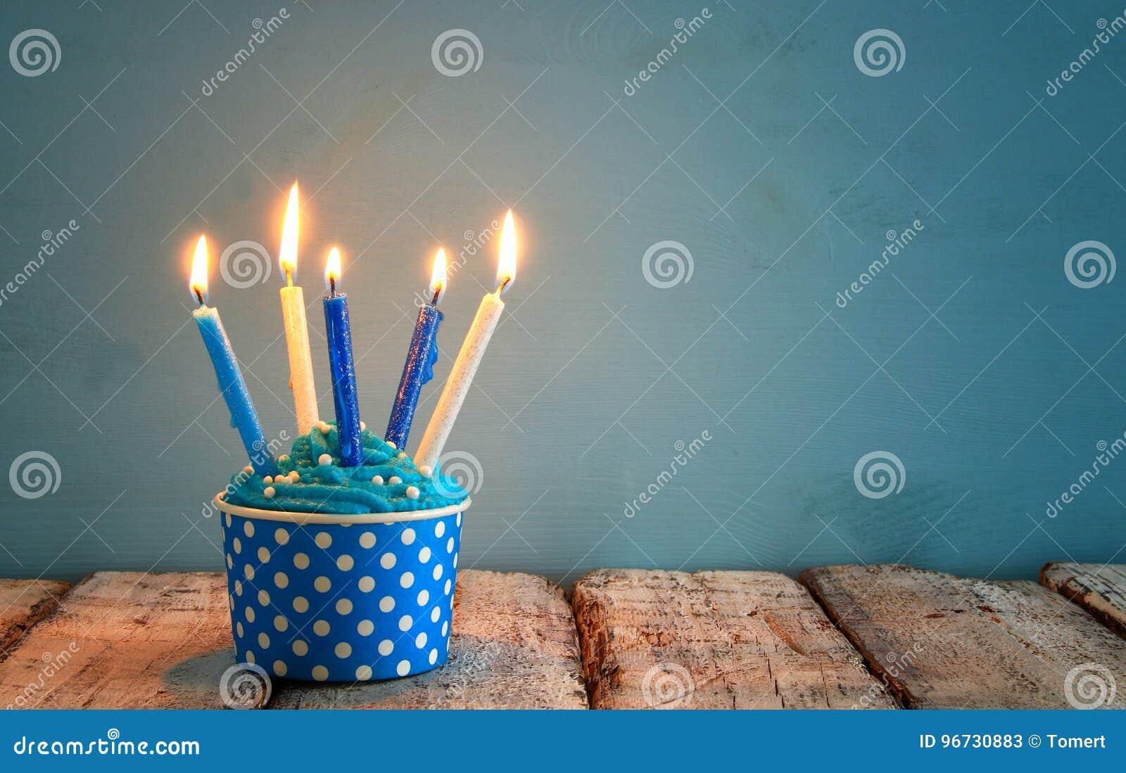 Concept d anniversaire avec le petit gâteau et les bougies sur la table en bois