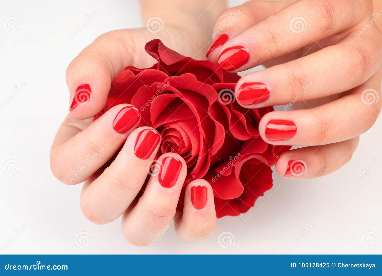 Concept d art de clou Belles mains femelles avec la participation ordonnée de manucure