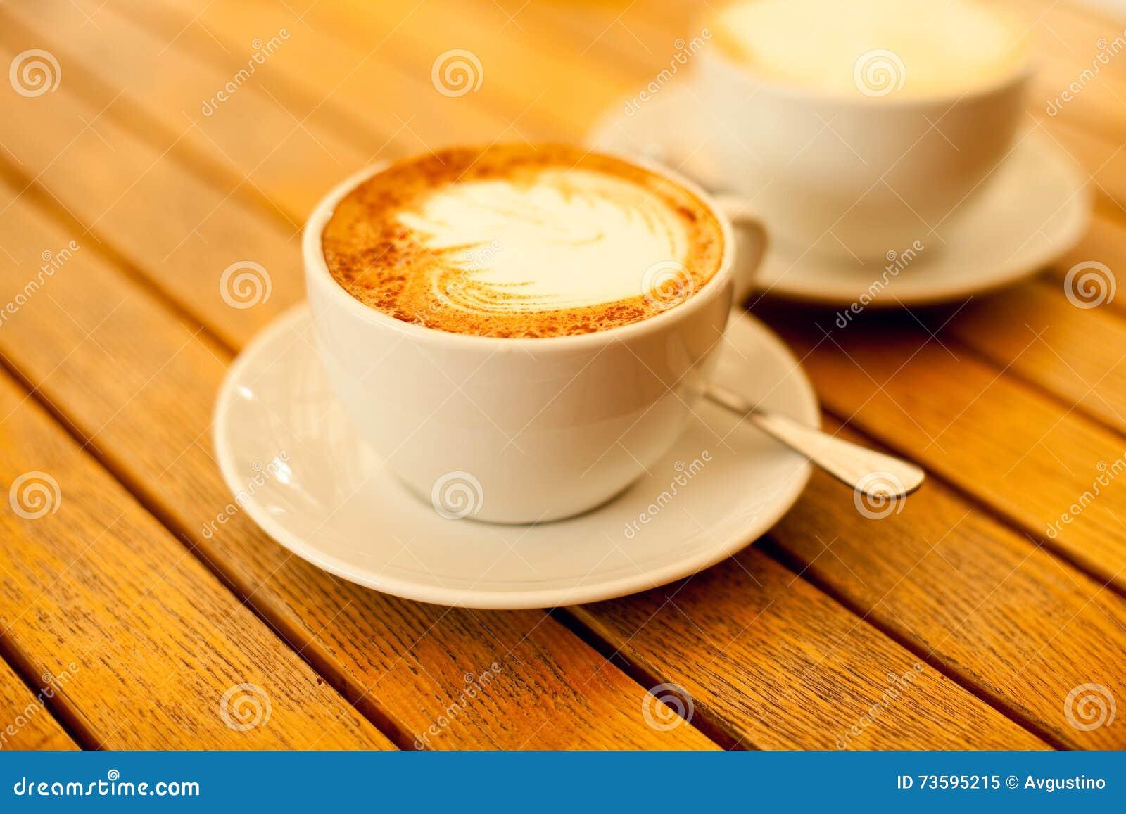 Concept d art de Latte Deux tasses avec le cappuccino