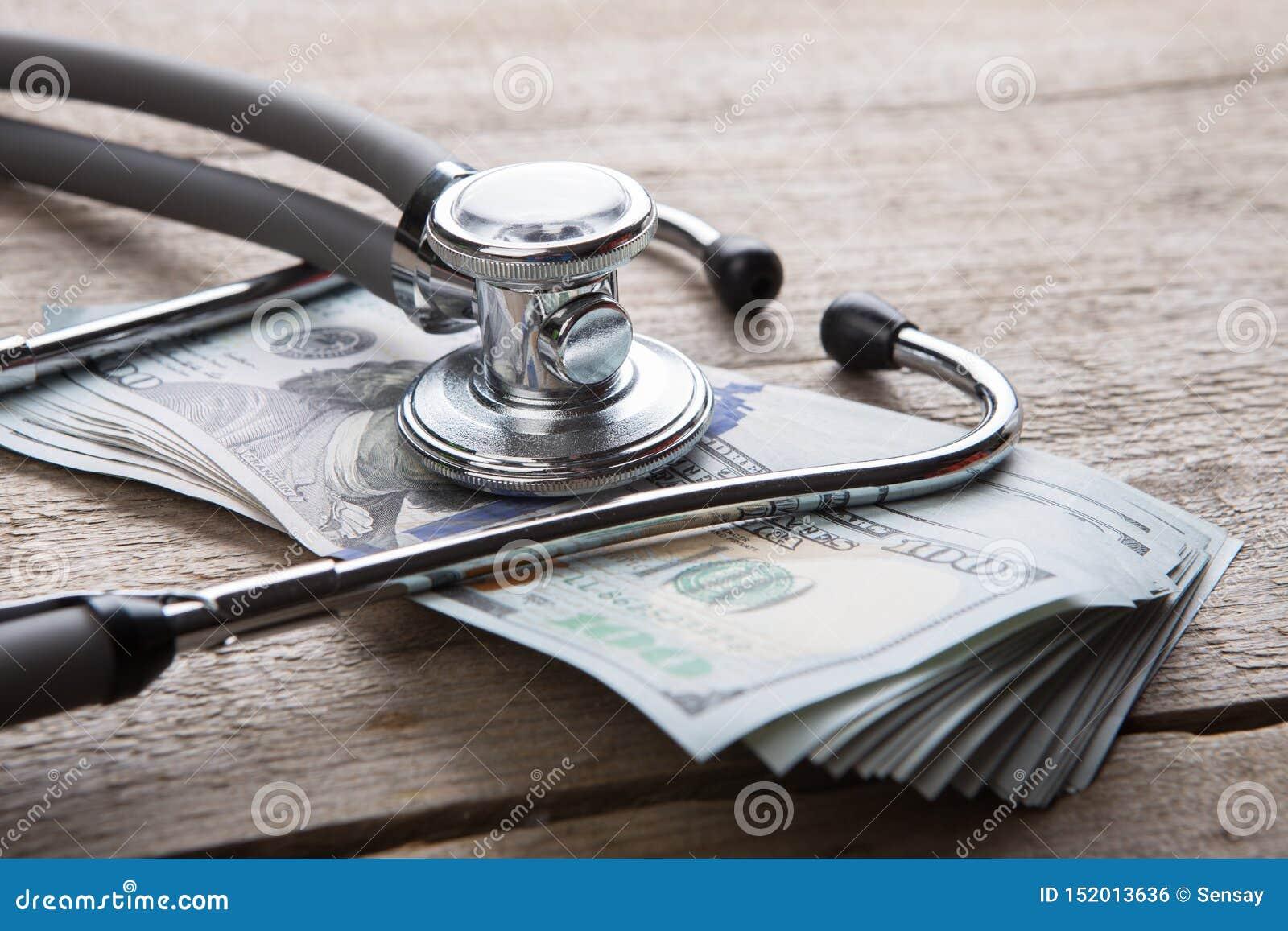 Concept d assurance m?dicale maladie - st?thoscope au-dessus de l argent