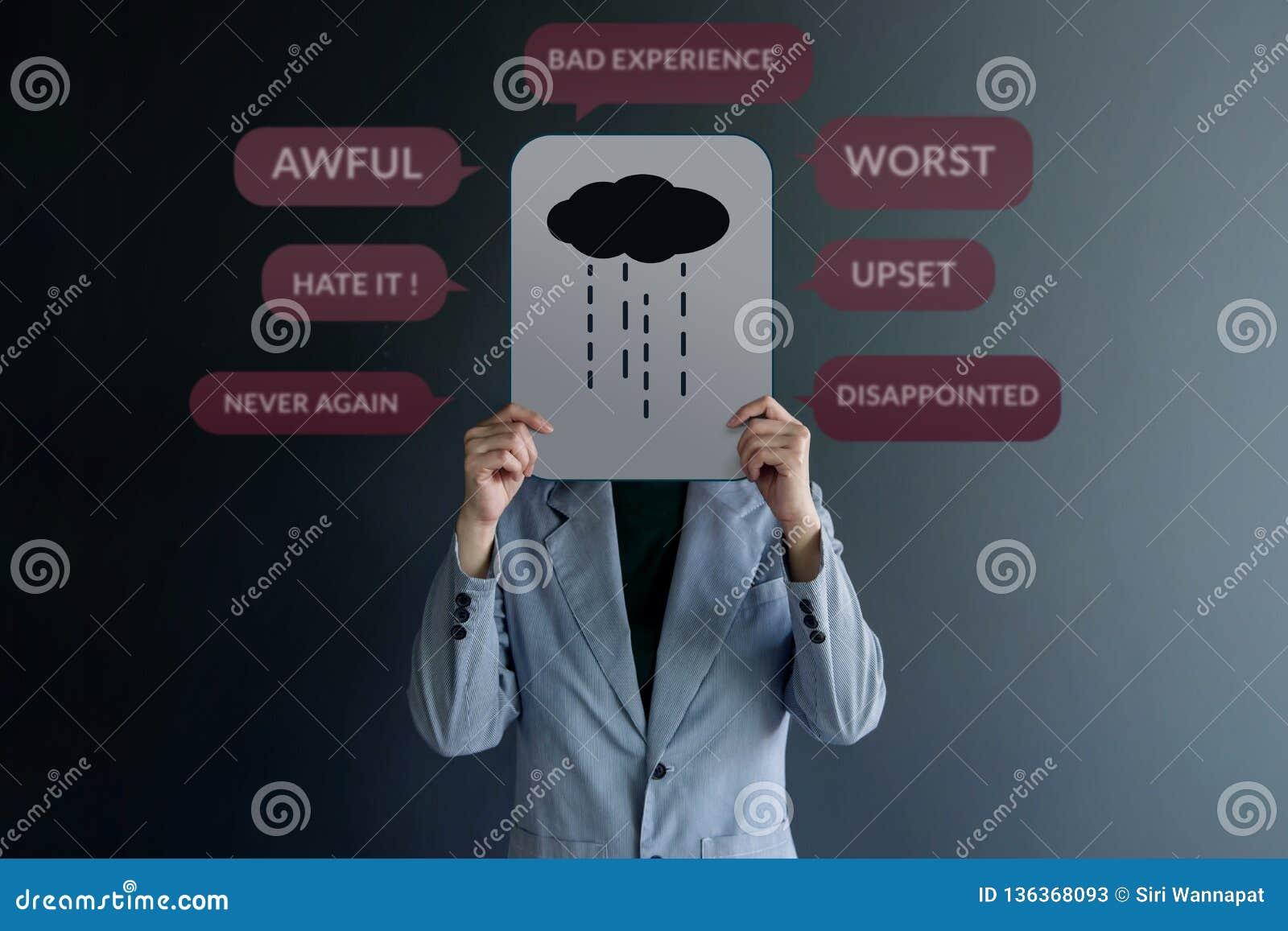 Concept d expérience de client Position de client d Uhappy au mur avec le signe de la tristesse sur le papier Entouré par examen