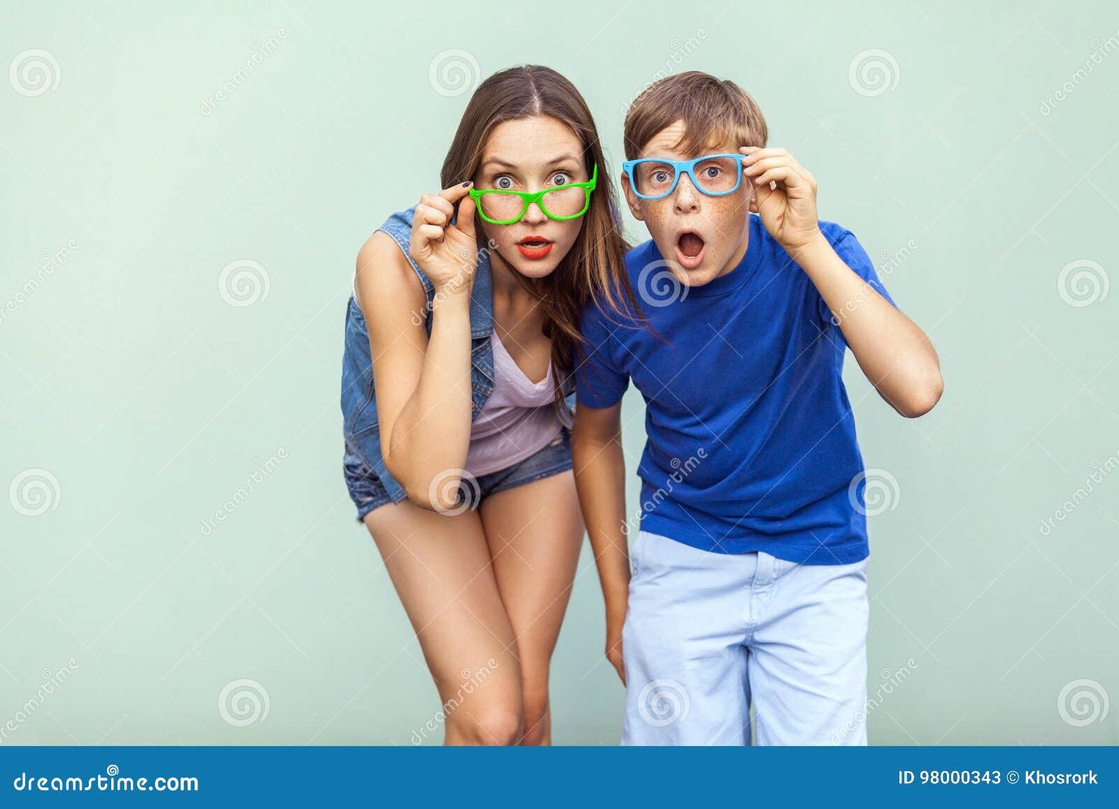 Concept d Eyewear Visages de wow Jeunes soeur et frère avec des taches de rousseur sur leurs visages, verres à la mode de port, p