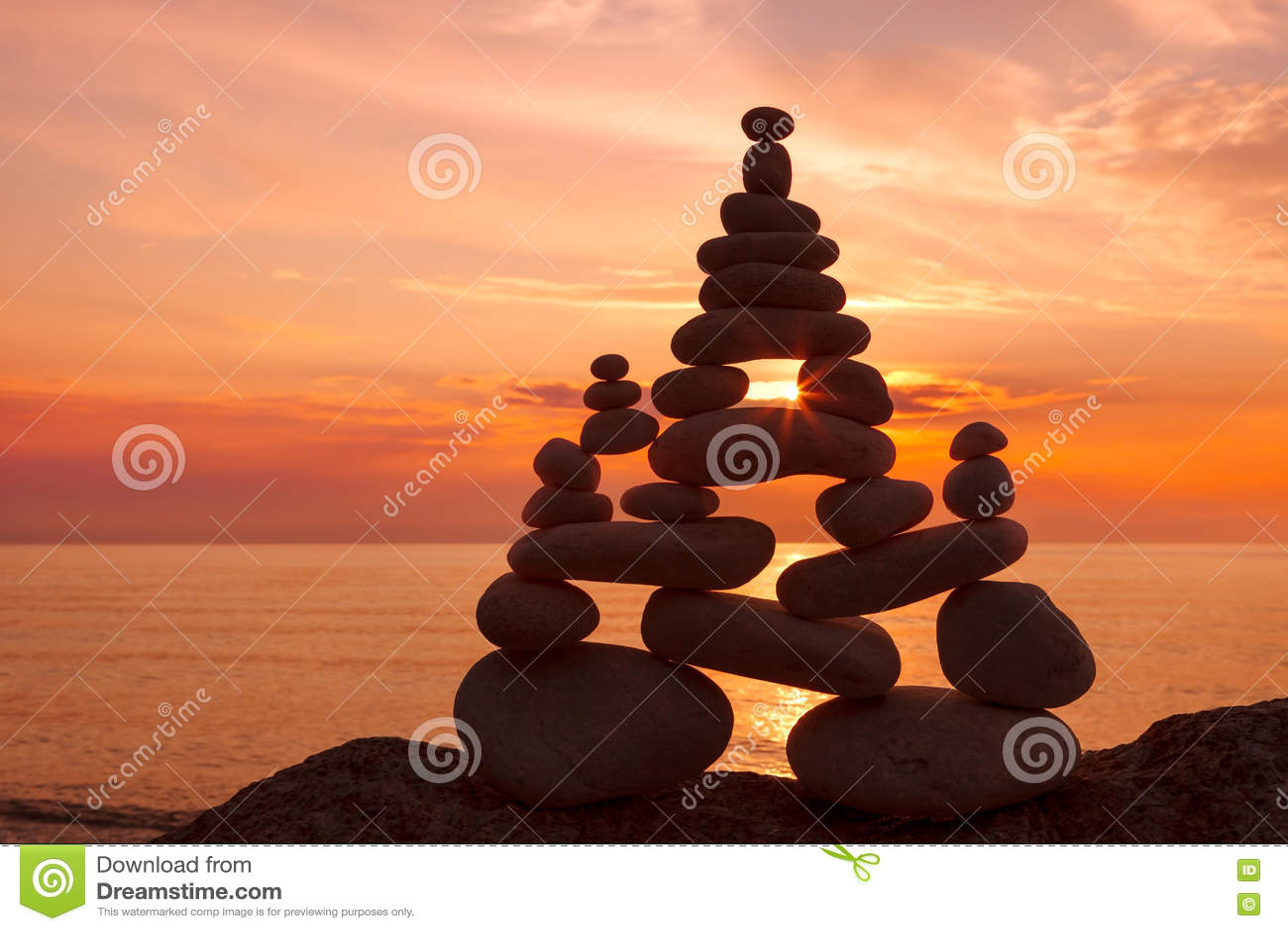 Concept d harmonie et d équilibre Zen de roche au coucher du soleil