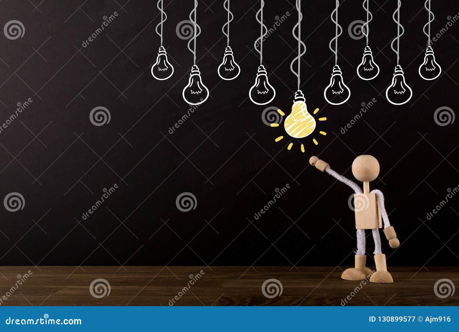 Concept d idée, choisissant la meilleure idée, séance de réflexion, chiffre en bois innovateur de bâton se dirigeant à une ampoul