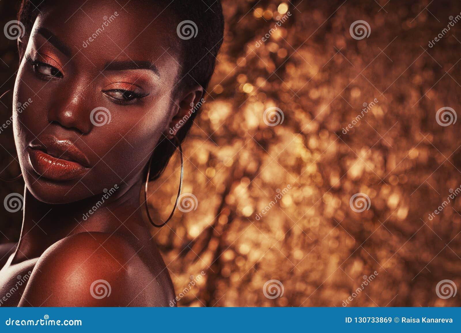 Concept de beauté : Le portrait d une jeune femme africaine sensuelle avec coloré composent