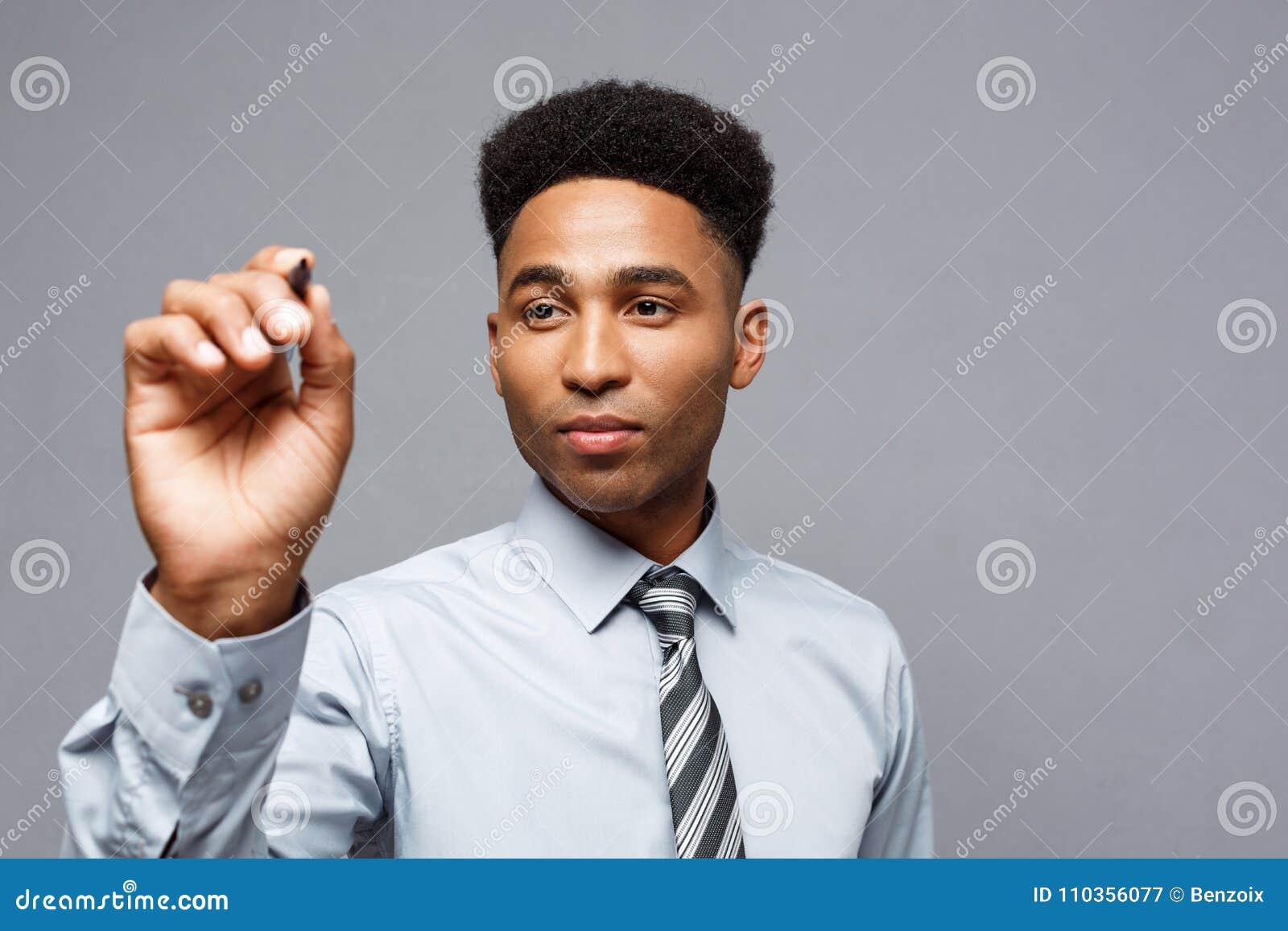 Concept de Businsss - directeur commercial sûr d Afro-américain prêt à écrire sur le conseil ou le verre virtuel dans le bureau