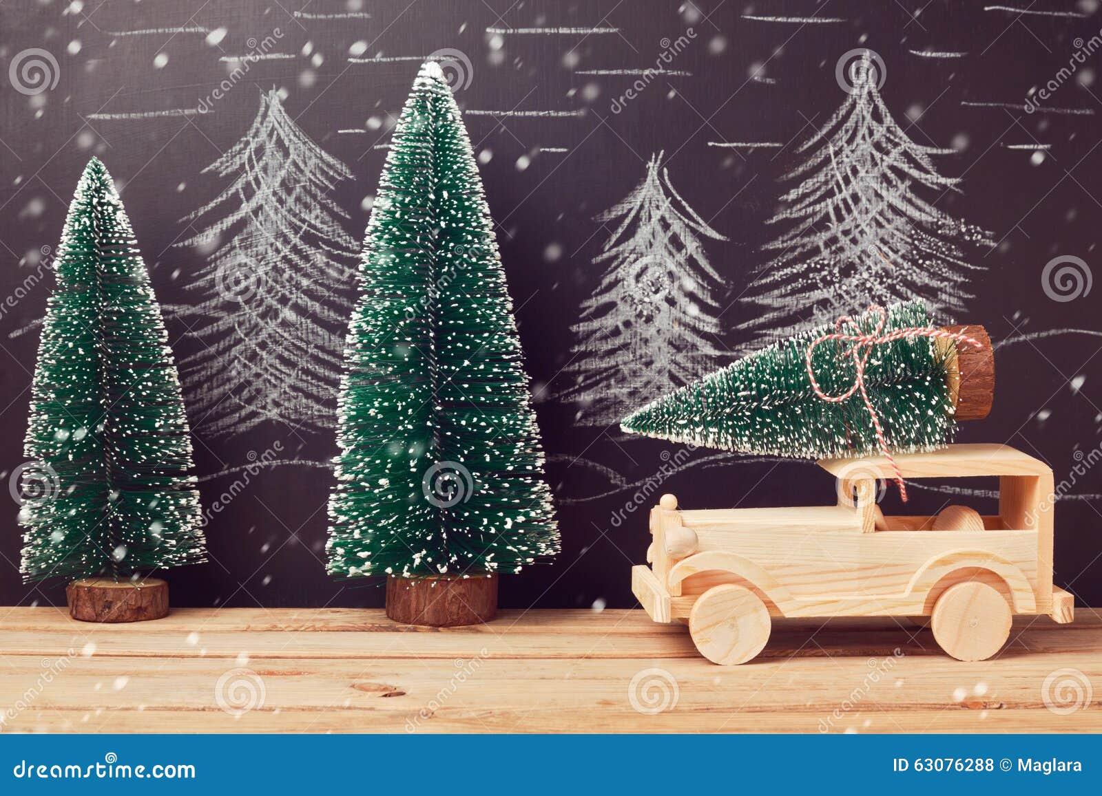 Download Concept De Célébration De Noël Avec L'arbre De Noël Sur La Voiture De Jouet Sur La Table En Bois Au-dessus Du Fond De Tableau Photo stock - Image du tabletop, noël: 63076288