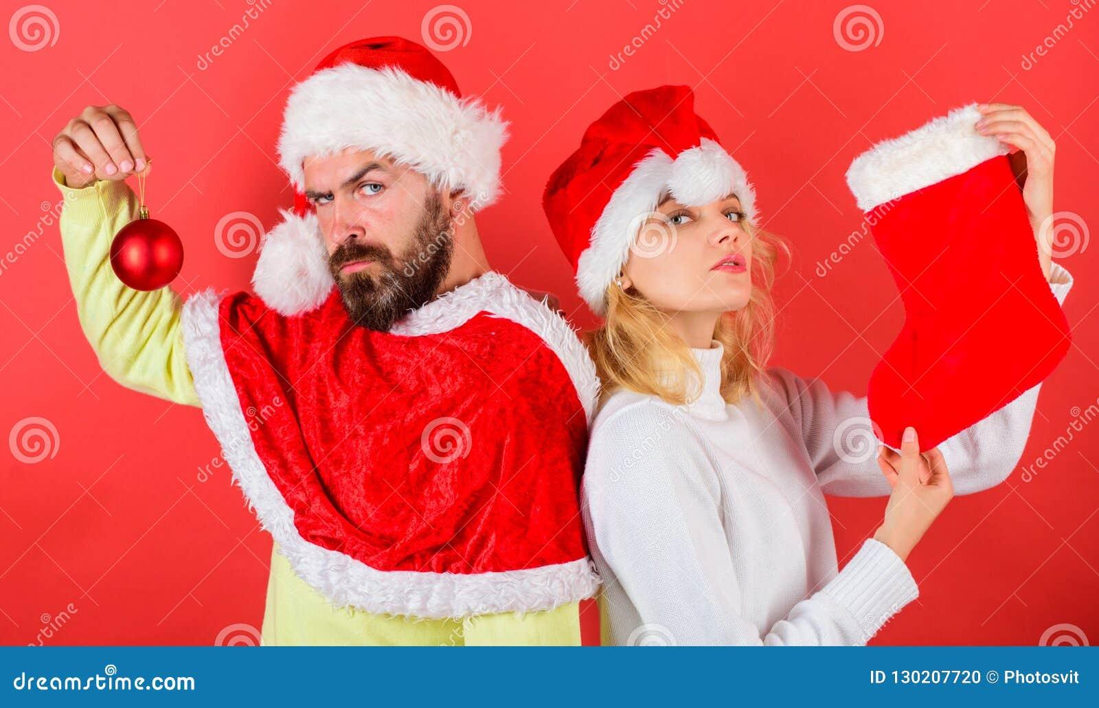 Concept de célébration de Noël Noël stockant la tradition Couplez la chaussette de prise de costume de Santa de Noël et la boule
