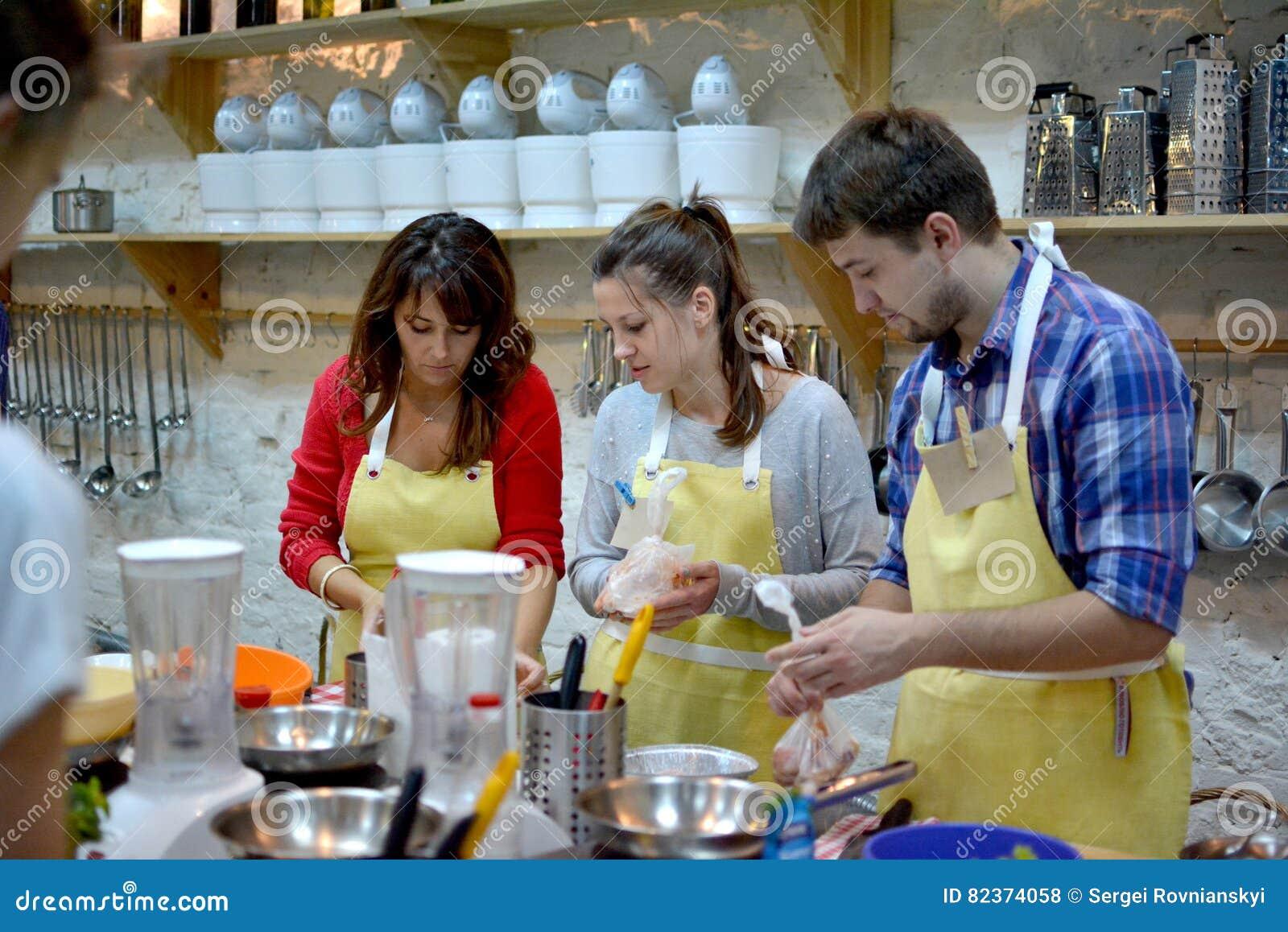 Concept de cours de cuisine, culinaire, de nourriture et de personnes