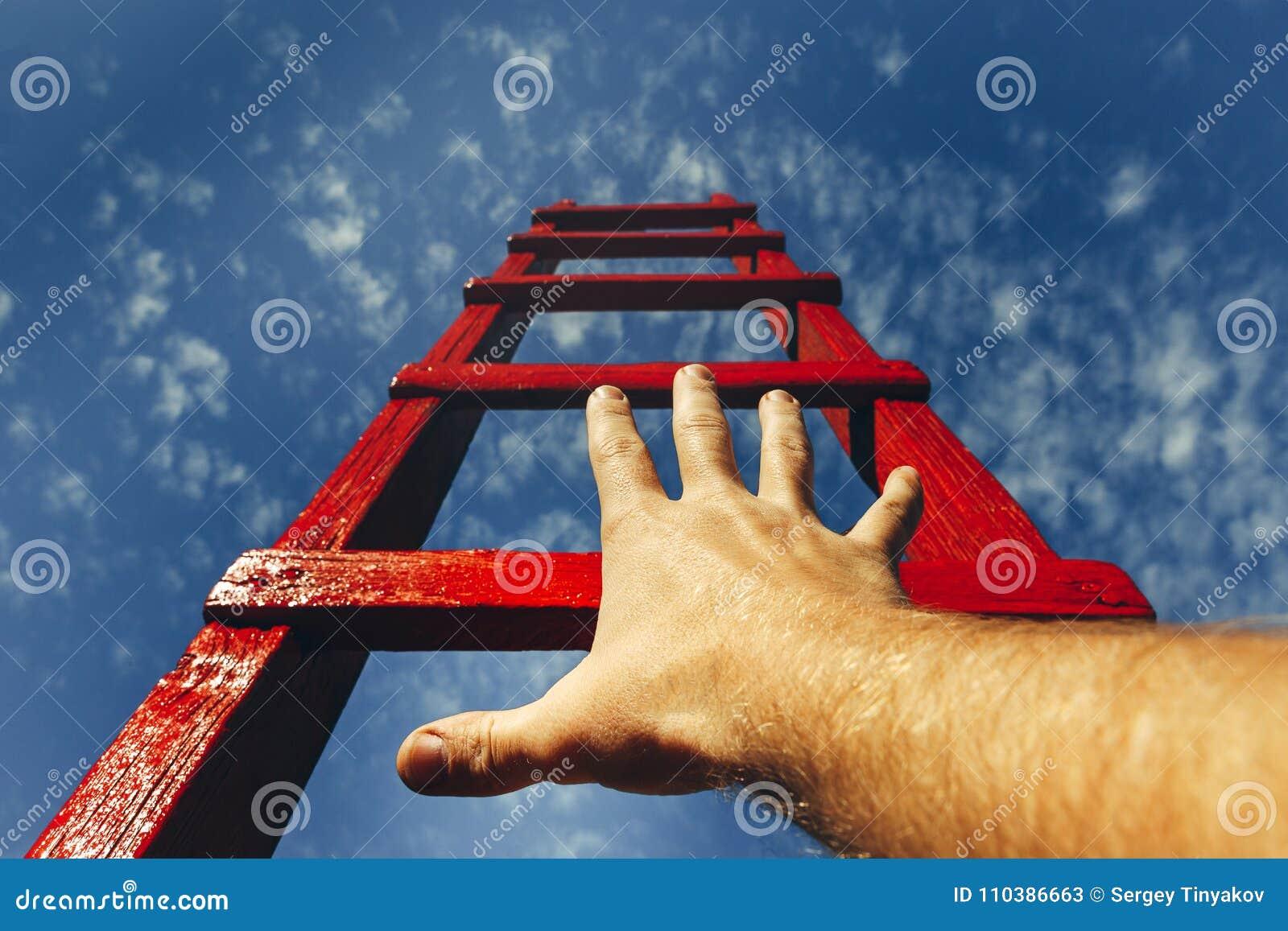 Concept de croissance de carrière de motivation de développement Équipe la main atteignant pour l échelle rouge menant à un ciel