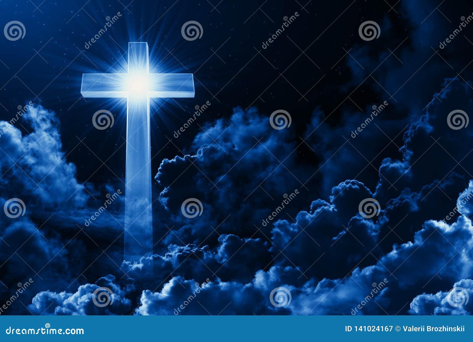 Concept de croix brillante de religion chrétienne sur le fond du ciel nocturne nuageux Ciel foncé avec le nuage croisé Ciel brill