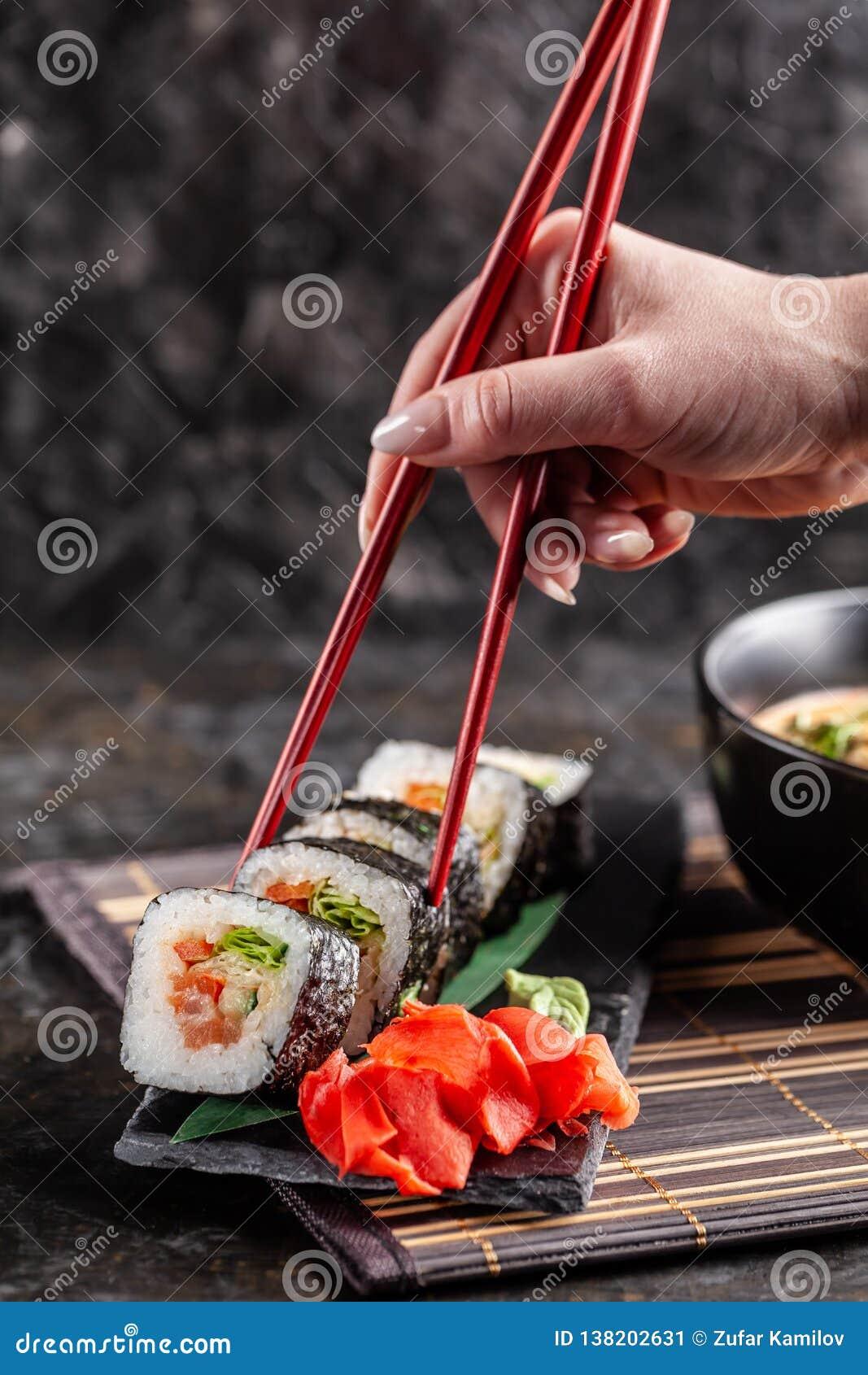 Concept De Cuisine Asiatique La Fille Est Dans Un Chinois Ou Le Sushi De  Restaurant Japonais
