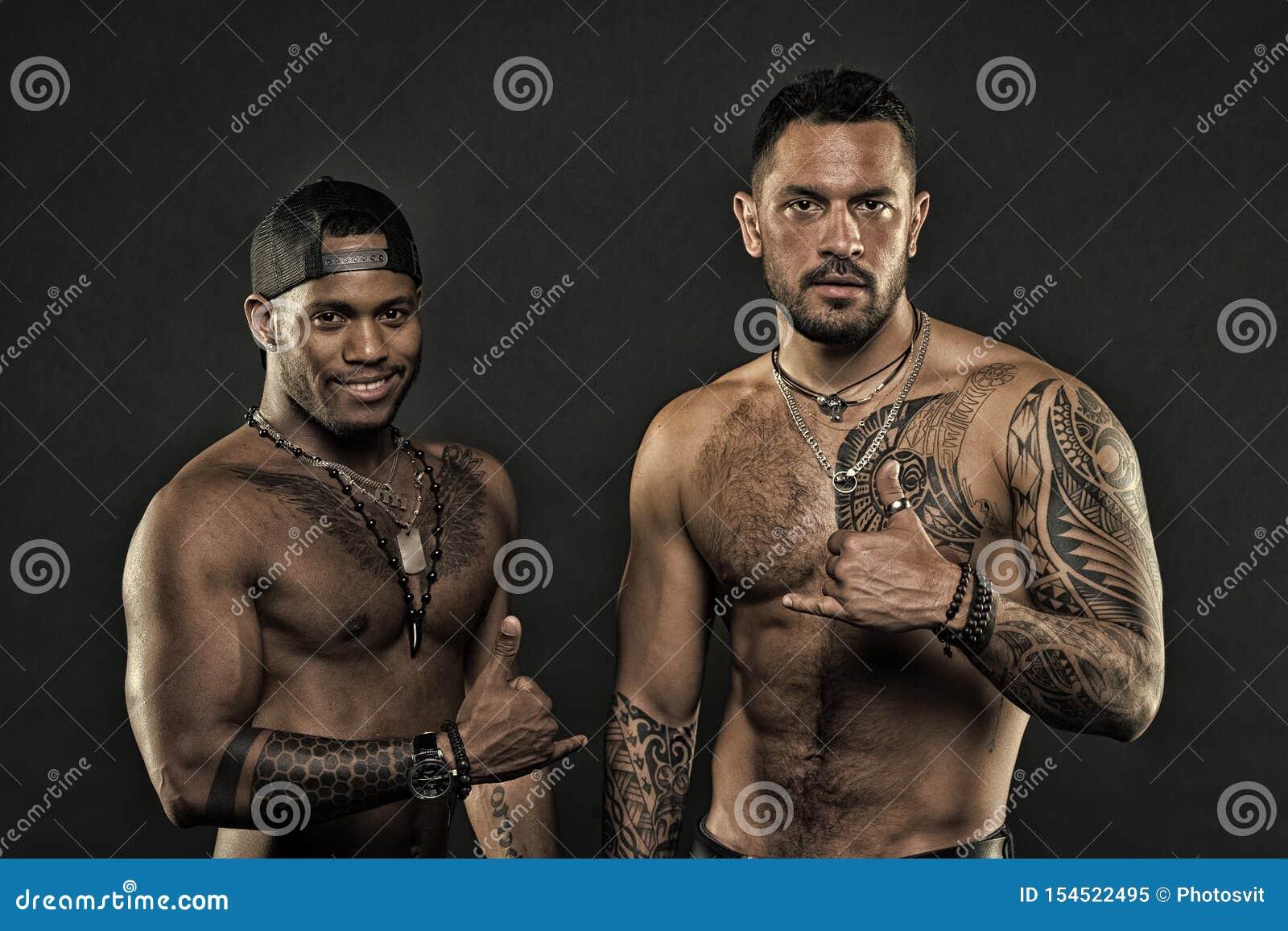 Concept de culture de tatouage Attribut brutal de tatouage Corps tatou? par aspect hispanique attrayant brutal d hommes Hommes ba