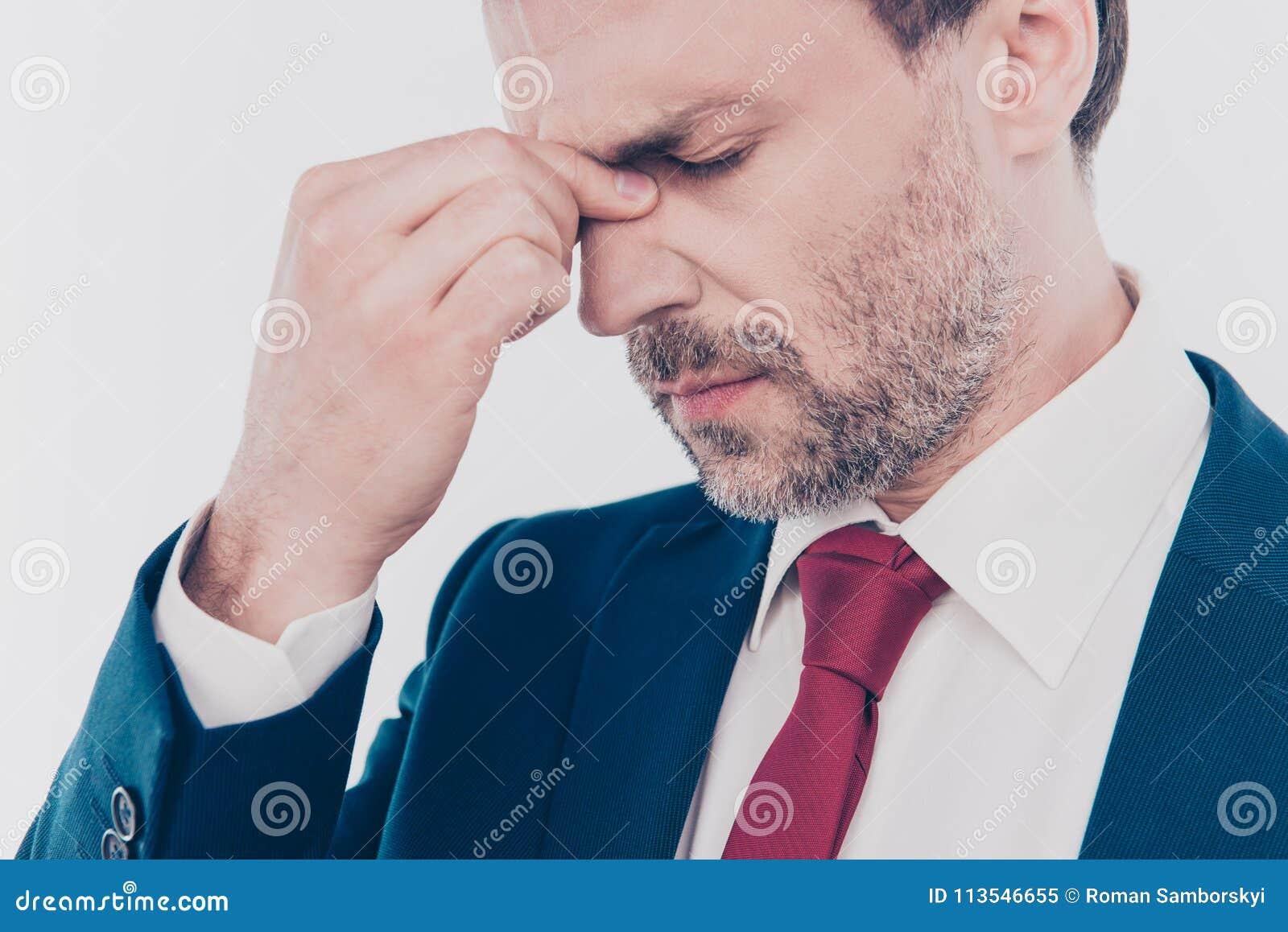 Concept de dépression de travail Photo haute étroite cultivée d indépendant nerveux de renversement triste avec les yeux fermés s