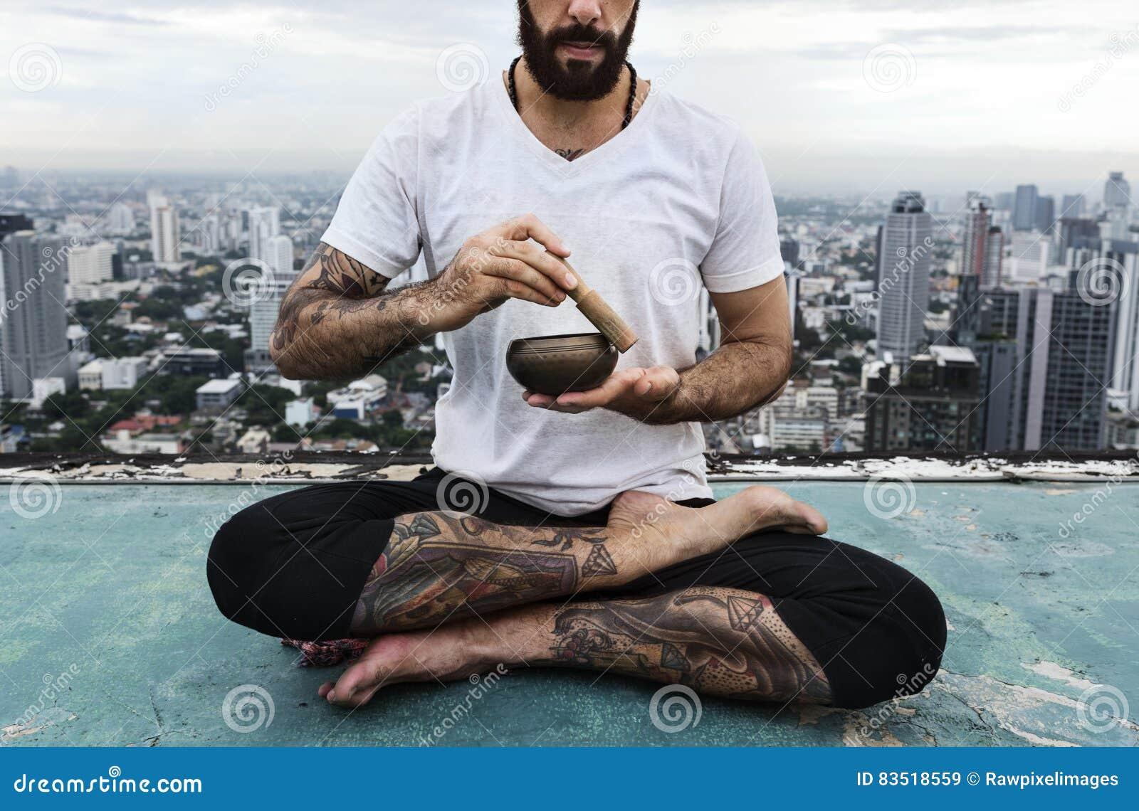 Concept de dessus de toit de yoga de pratique en matière d homme