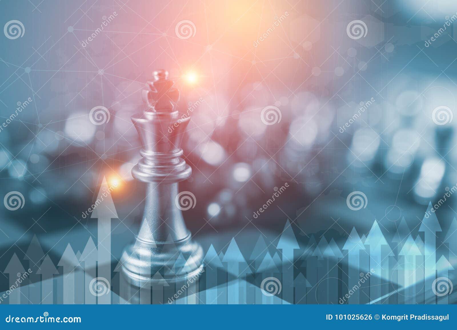 Concept de direction d investissement : La pièce d échecs de roi avec des échecs d autres tout près vont vers le bas du concept d