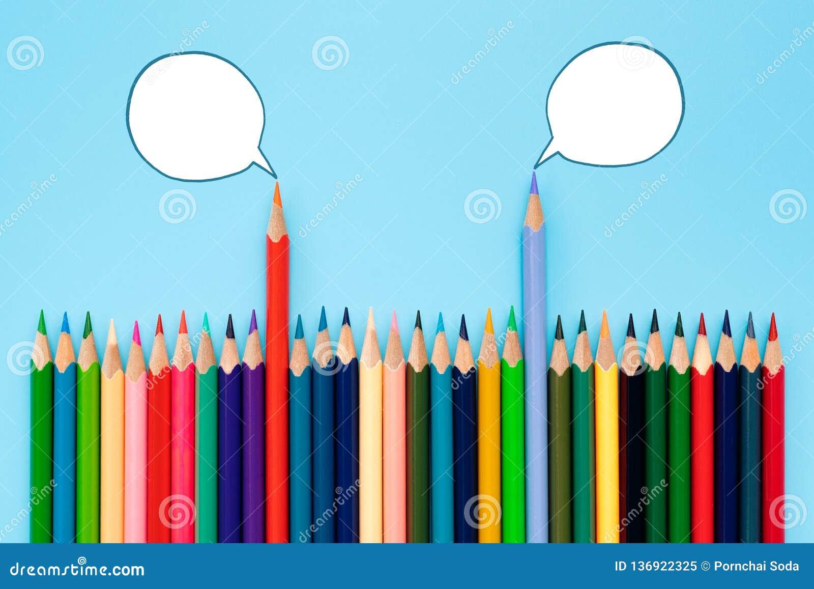 Concept de discussion, de dialogue, de communication et d éducation crayon de couleur parlant des avis politiques avec des bulles