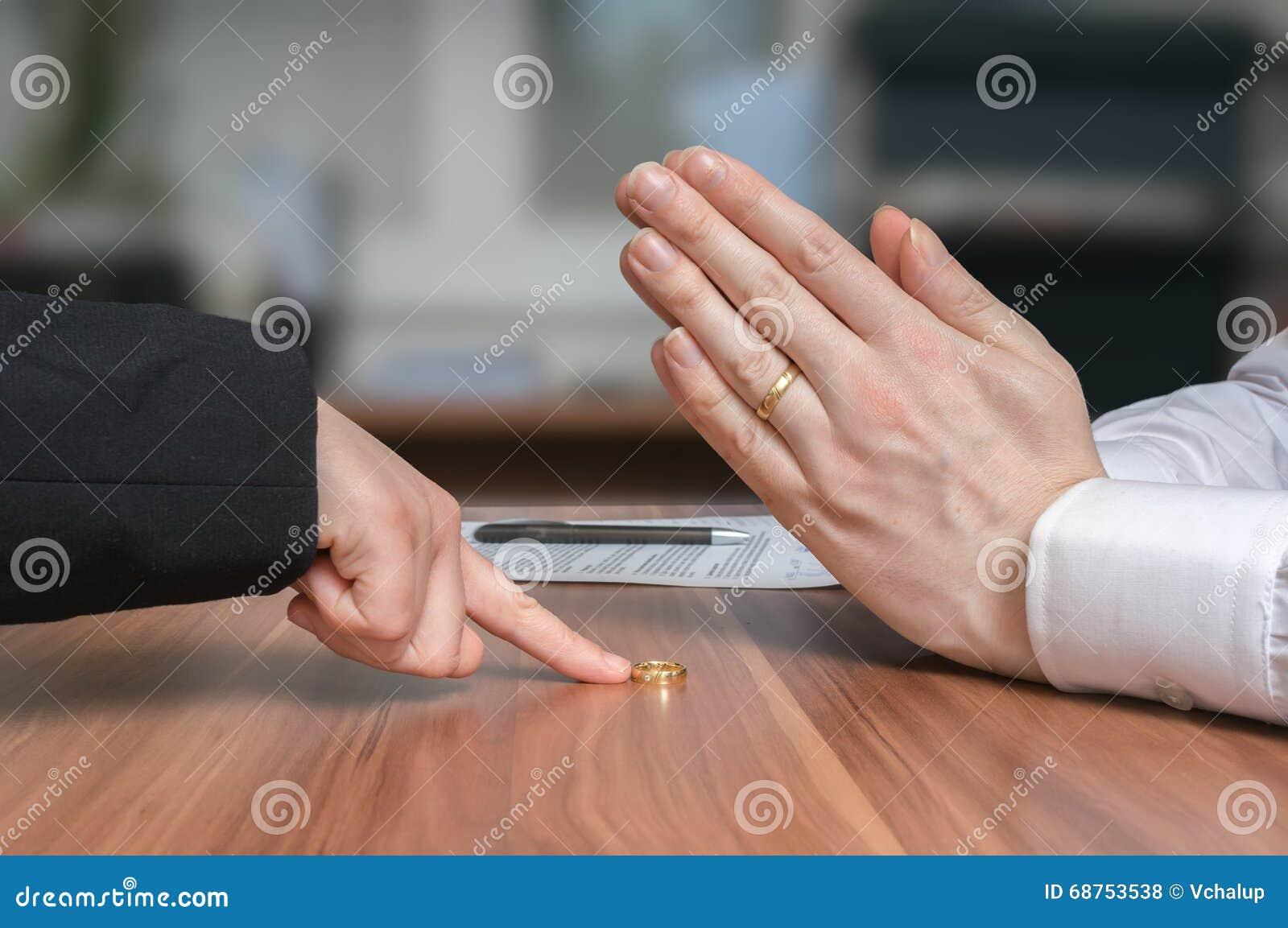 Concept de divorce L épouse renvoie l anneau à son mari déçu