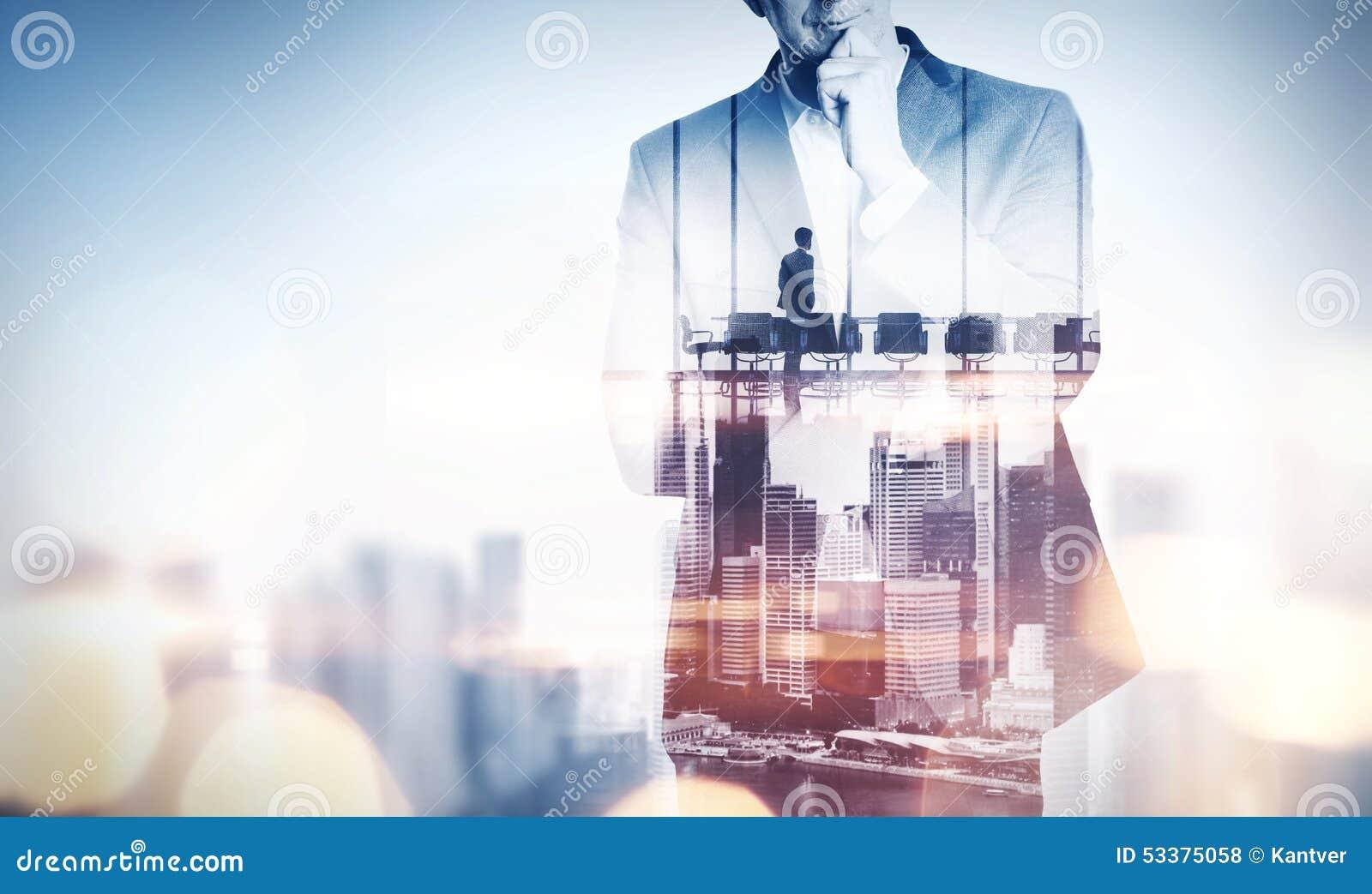 Concept de double exposition avec l homme d affaires et la ville de pensée avec