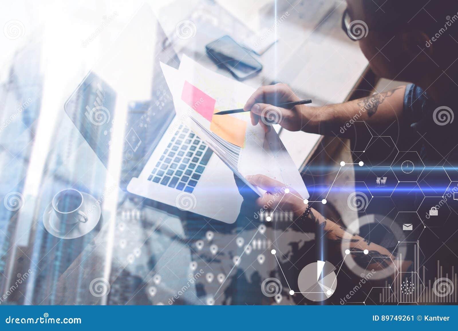 Concept de double exposition L adulte a tatoué le collègue travaillant avec l ordinateur portable sur le lieu de travail L homme