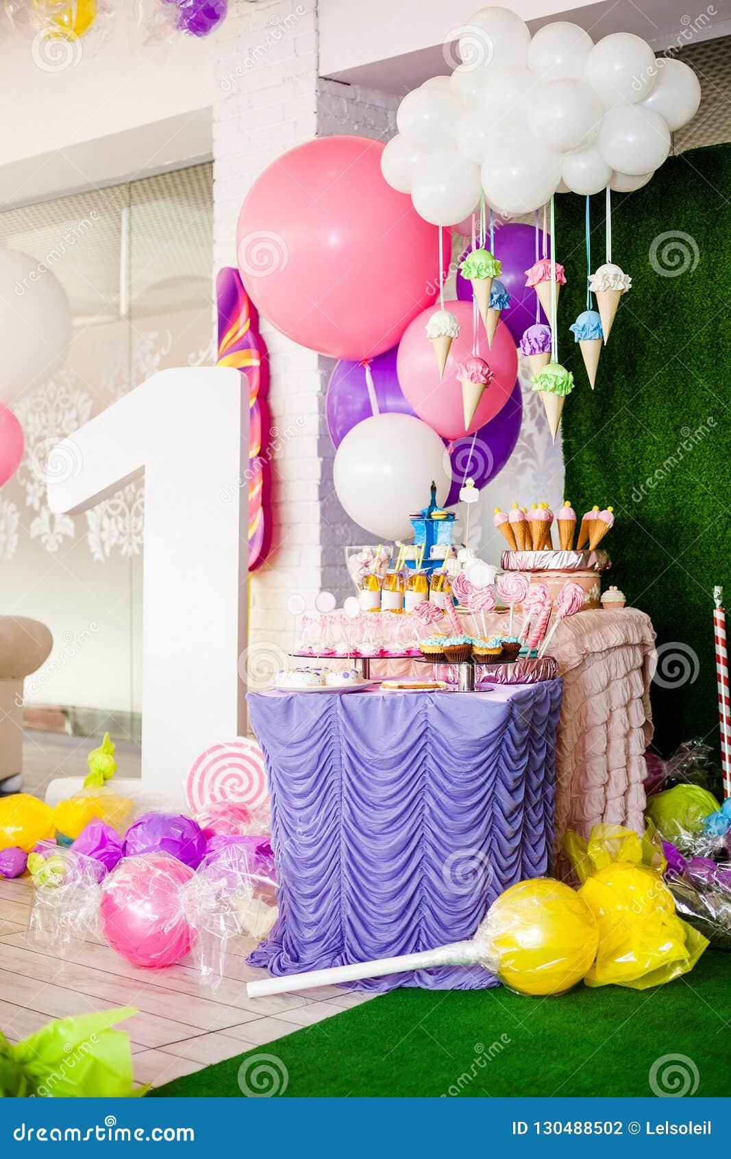 Concept de fête d anniversaire, friandise pour des enfants Nombre important un, table avec des bonbons et des desserts, nuage des