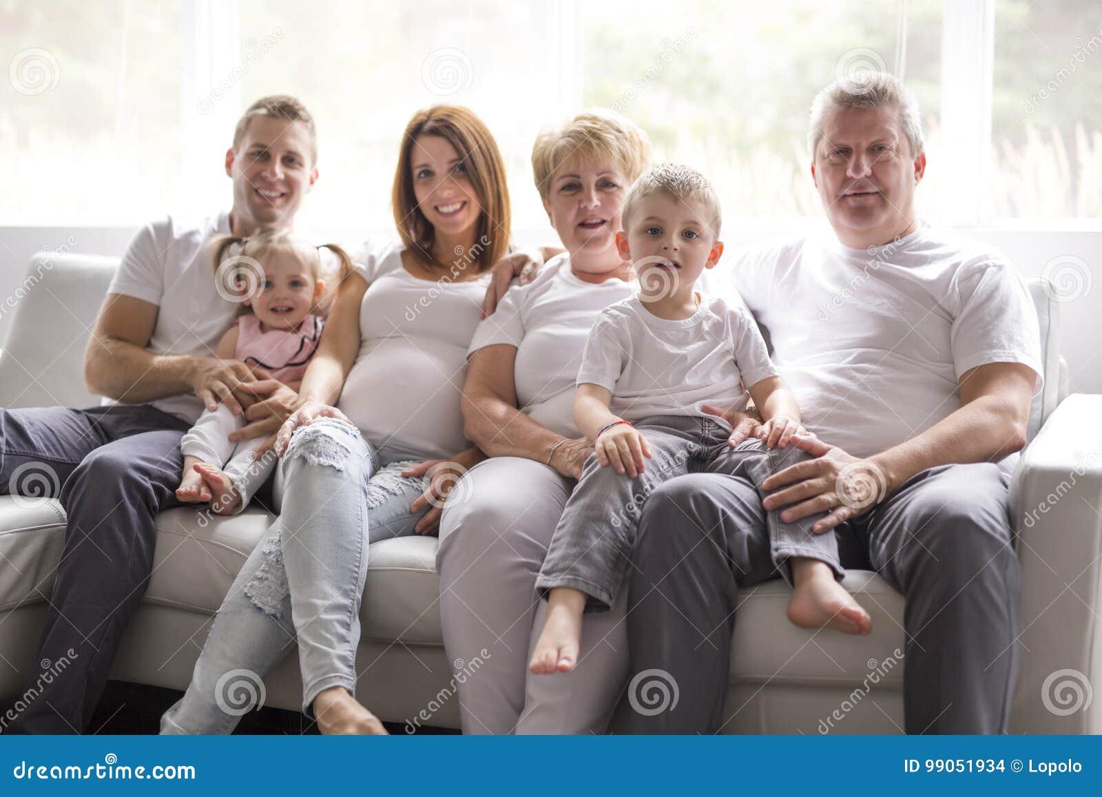 Concept de famille, de bonheur, de génération et de personnes sur le sofa