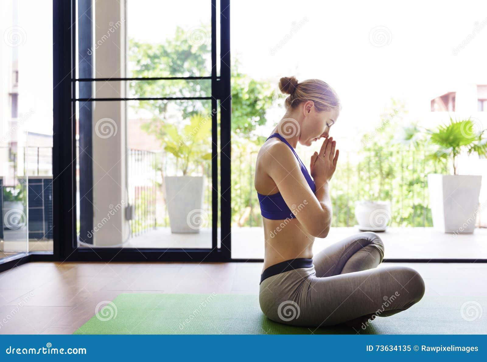 Concept de formation de pose de pratique en matière de yoga de femme