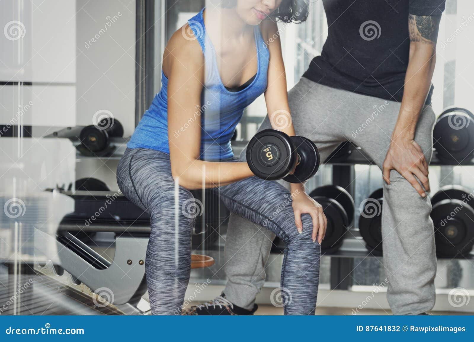 Concept de gymnase de sport de forme physique d exercice de couples de séance d entraînement