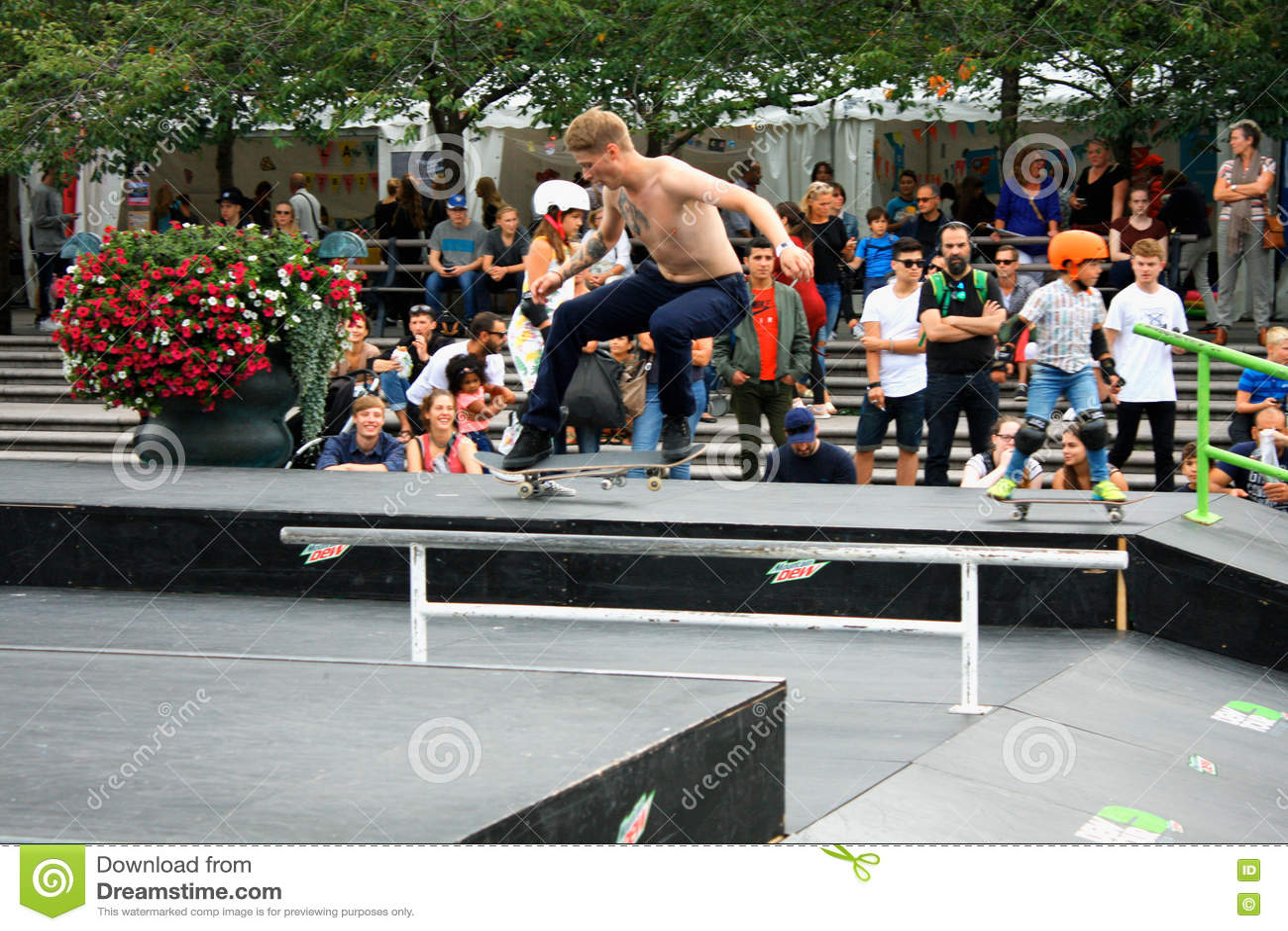 Concept de hippie de mode de vie de saut de Skateboarding de garçon