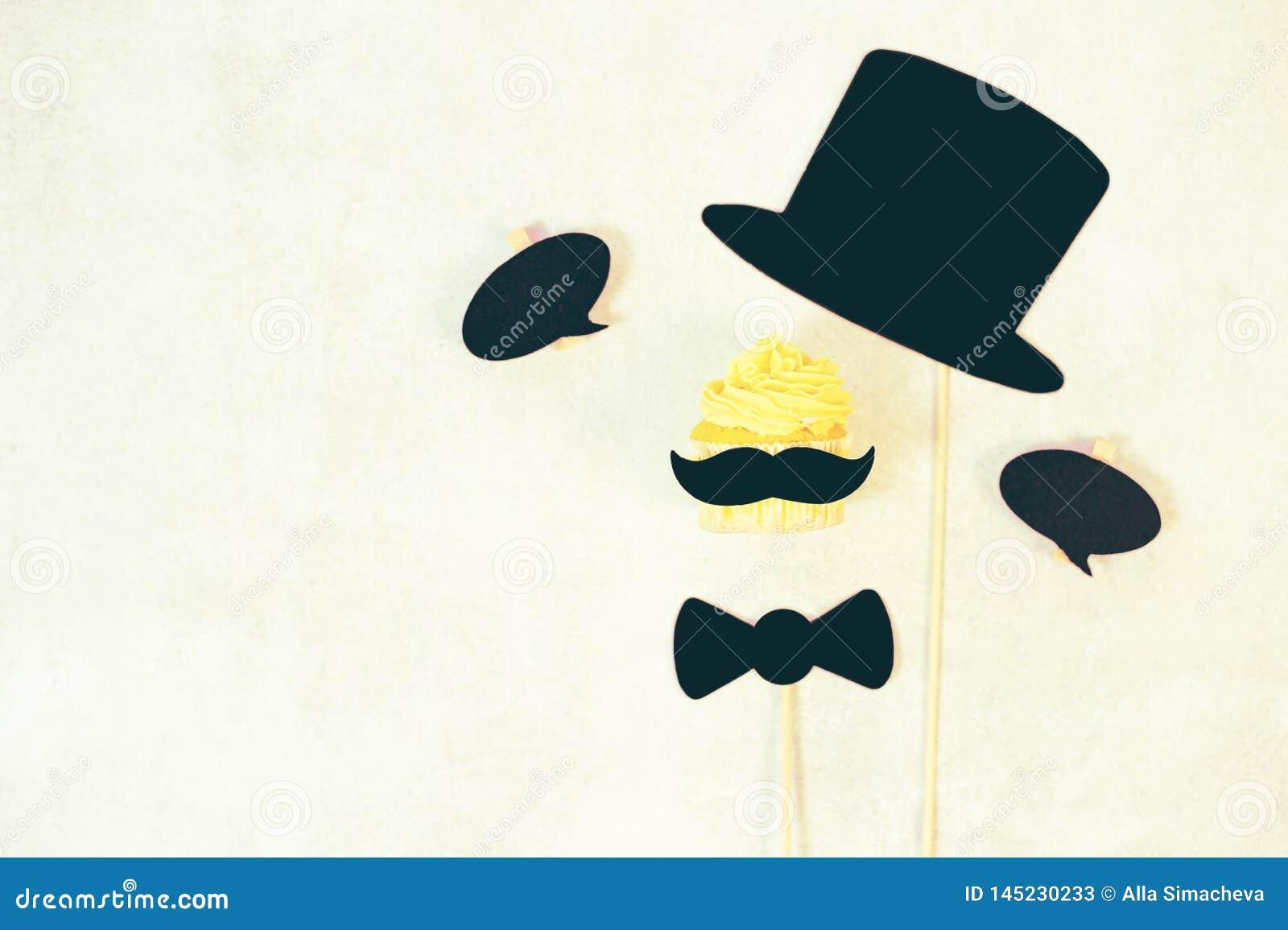 Concept de jour du ` s de p?re moustache dr?le sur le fond bleu