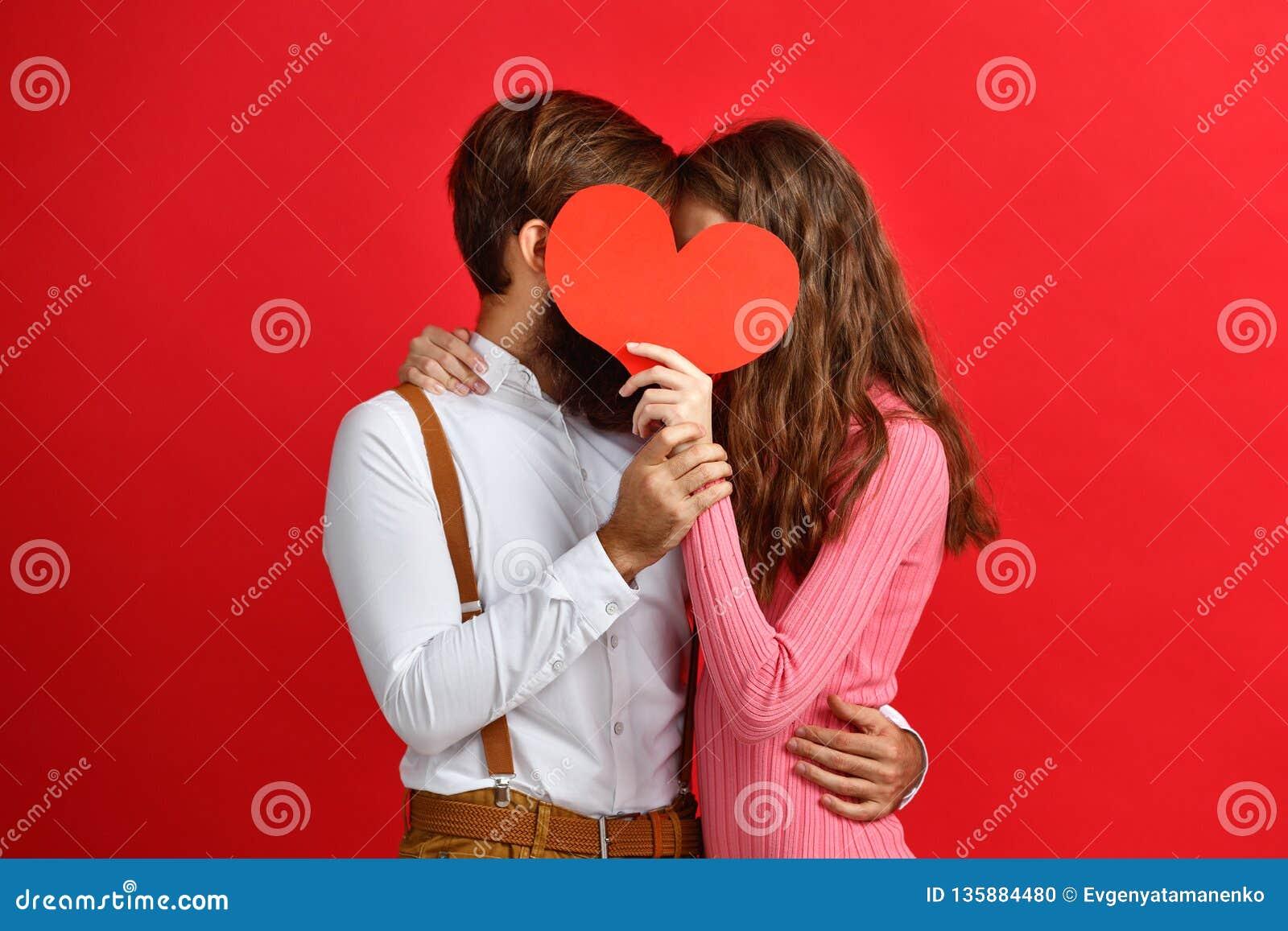 Concept de jour du ` s de Valentine jeunes ajouter heureux au coeur sur le rouge