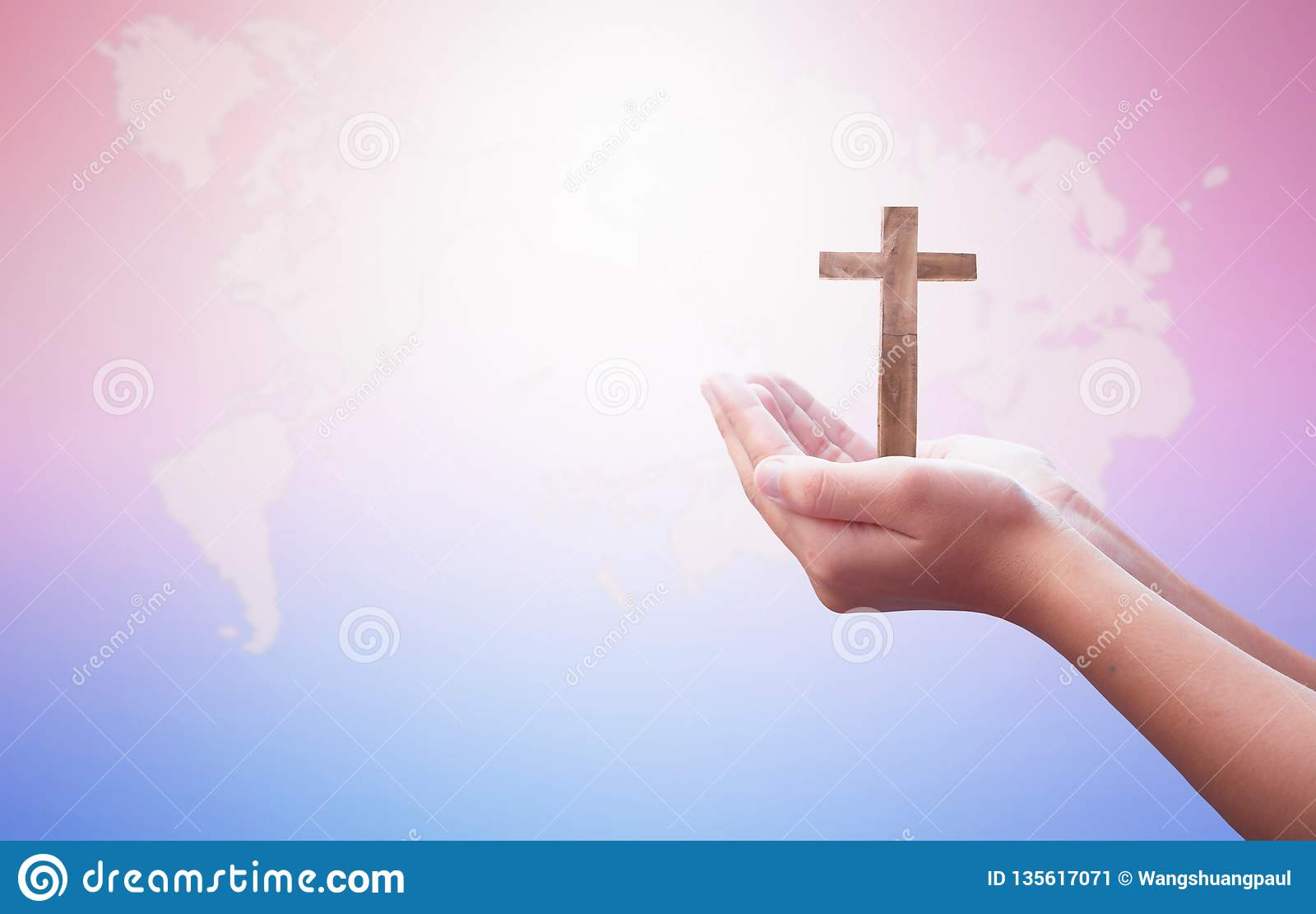 Concept de jour de religion du monde : Deux mains vides ouvertes humaines vers le haut de fond