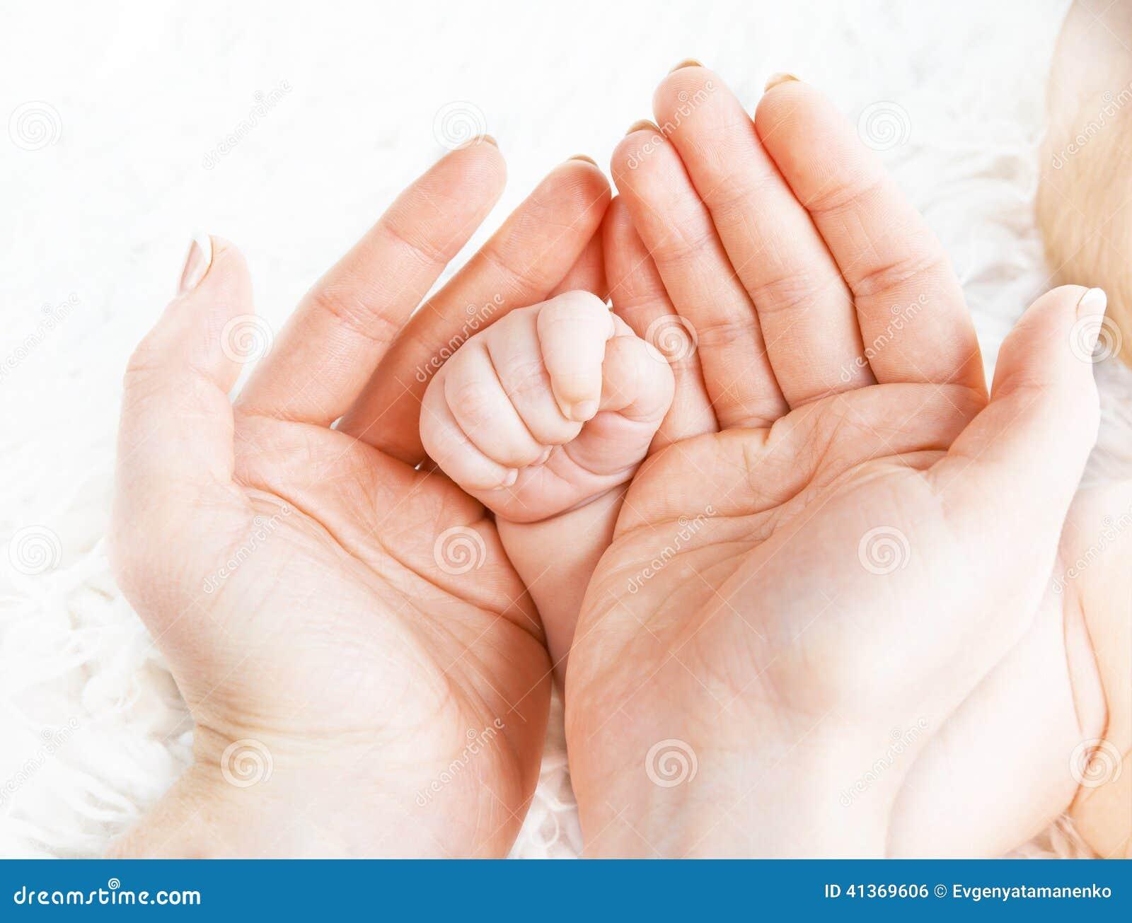 Concept de l amour, condition parentale, maternité poignée nouveau-née de bébé dedans