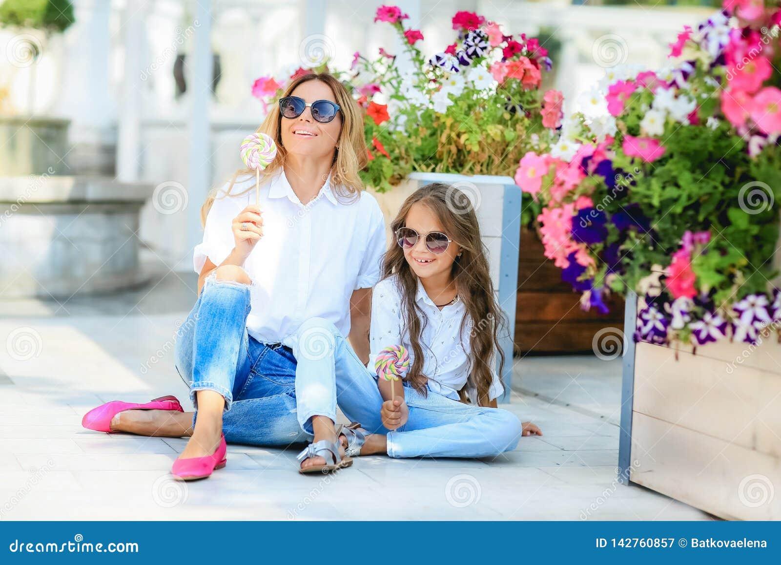 Concept de la famille de mode - la mère et l enfant élégants portent Un portrait d une famille heureuse : une jeune belle femme a