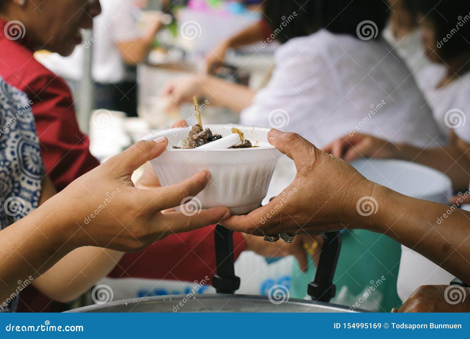Concept de la famine et de l inégalité sociale : Nourriture libre pour la distribution pauvre et de produits alimentaires : Parta