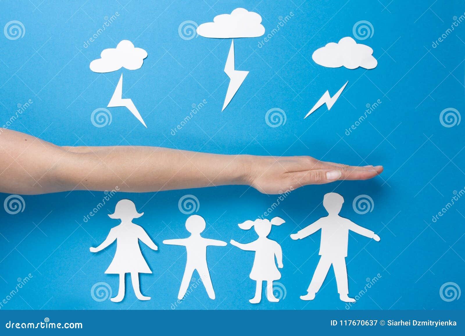 Concept de la sécurité de famille Assurance-vie et santé de famille Mains de papier de prise de personnes d origami