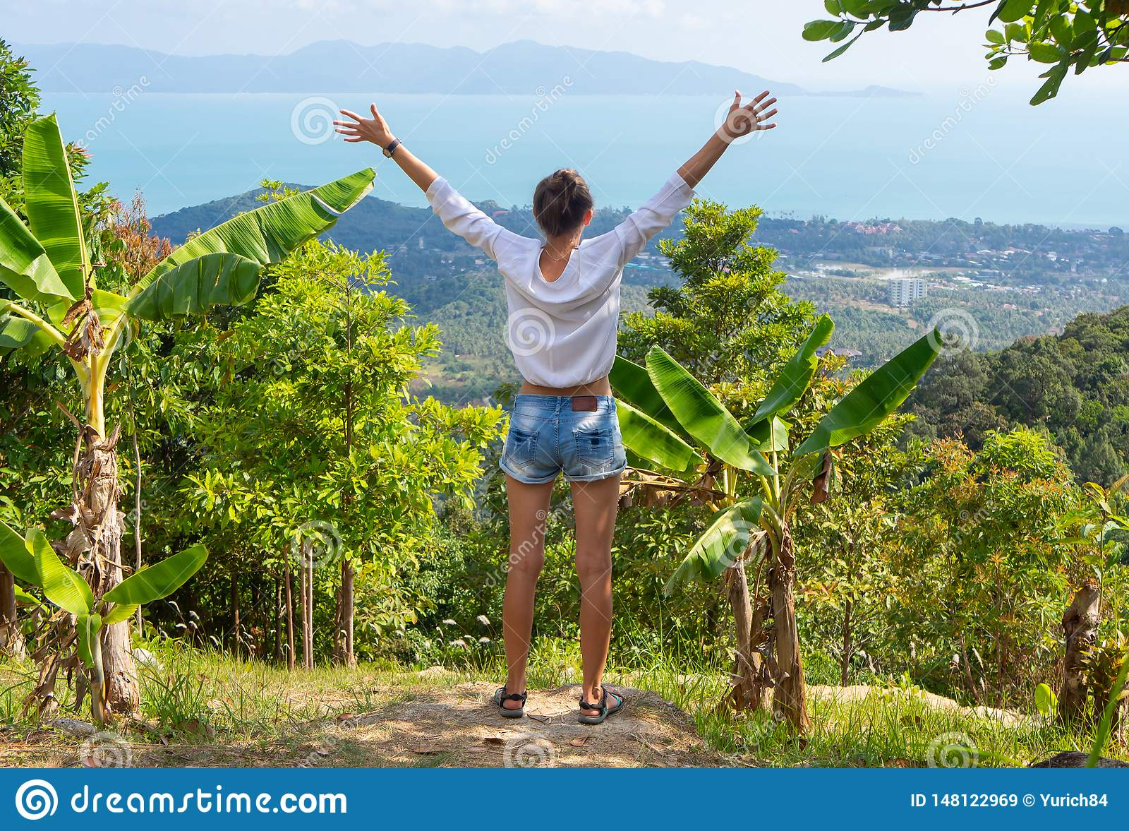 Concept de libert? et de bonheur Fille détendant sur le dessus de colline avec la liberté de abattage ouverte de bras
