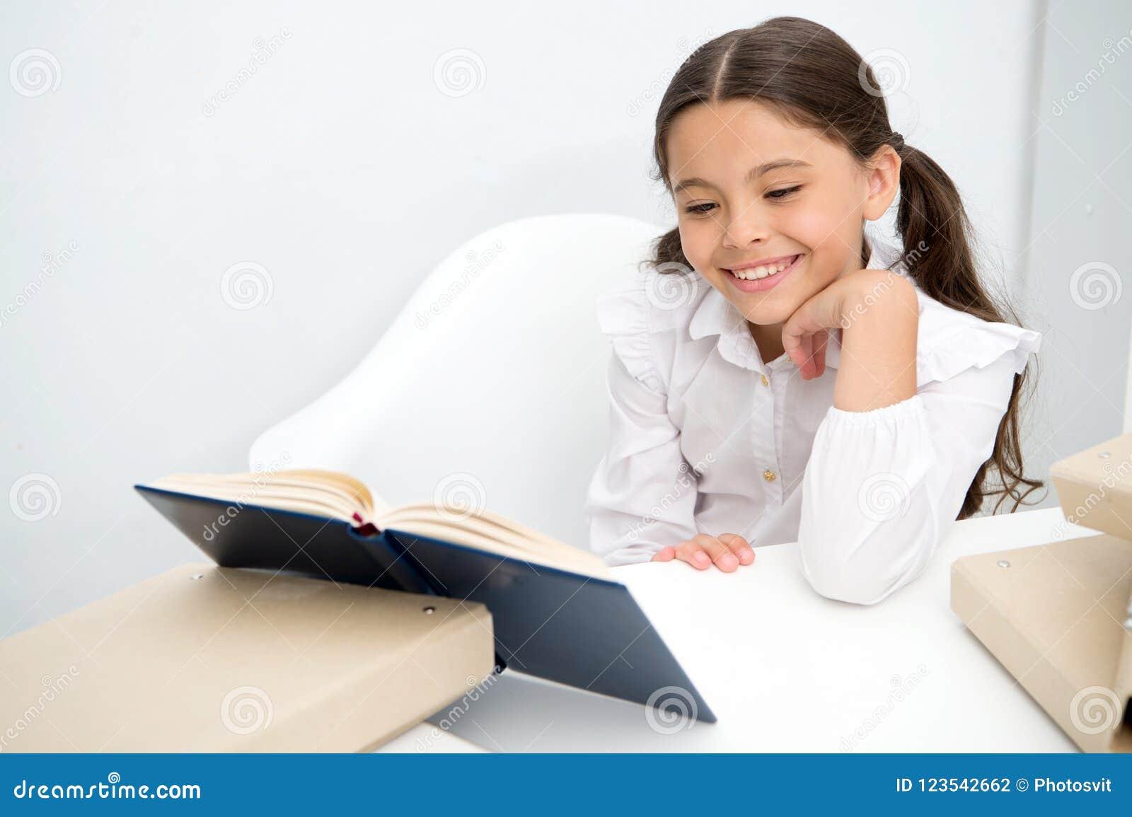 Concept de livre Livre de lecture heureux de sourire de fille Enseignez-vous à réserver Livre pour changer votre monde