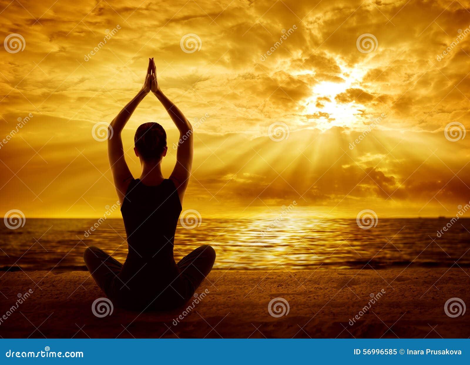 Concept de méditation de yoga, méditer sain de silhouette de femme