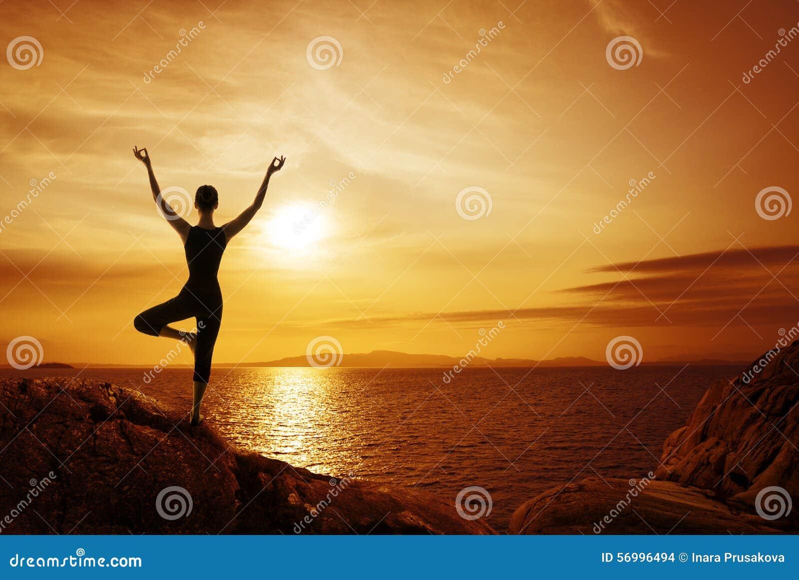Concept de méditation de yoga, silhouette de femme méditant en nature