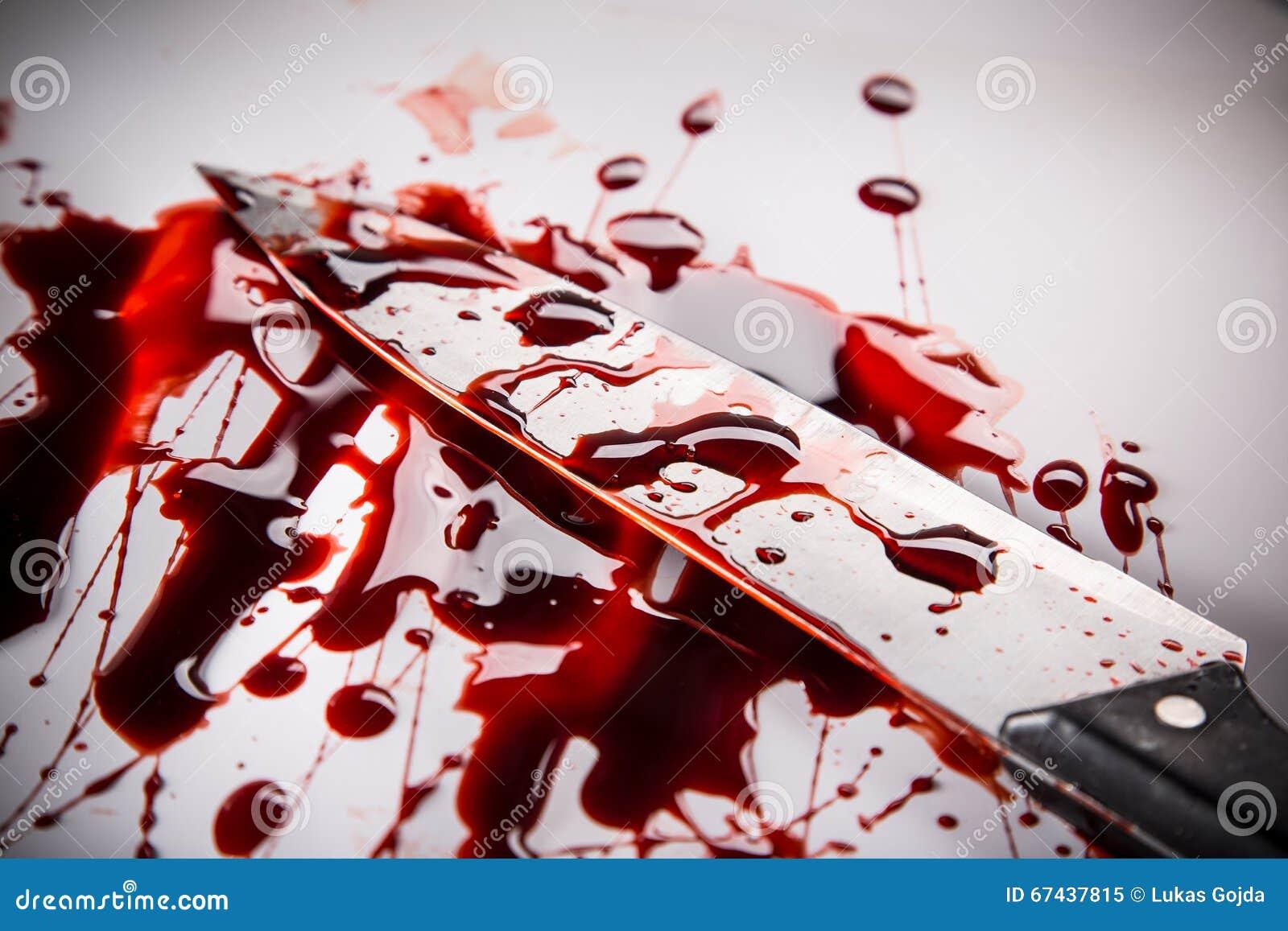 Concept de meurtre - couteau avec le sang sur le fond blanc
