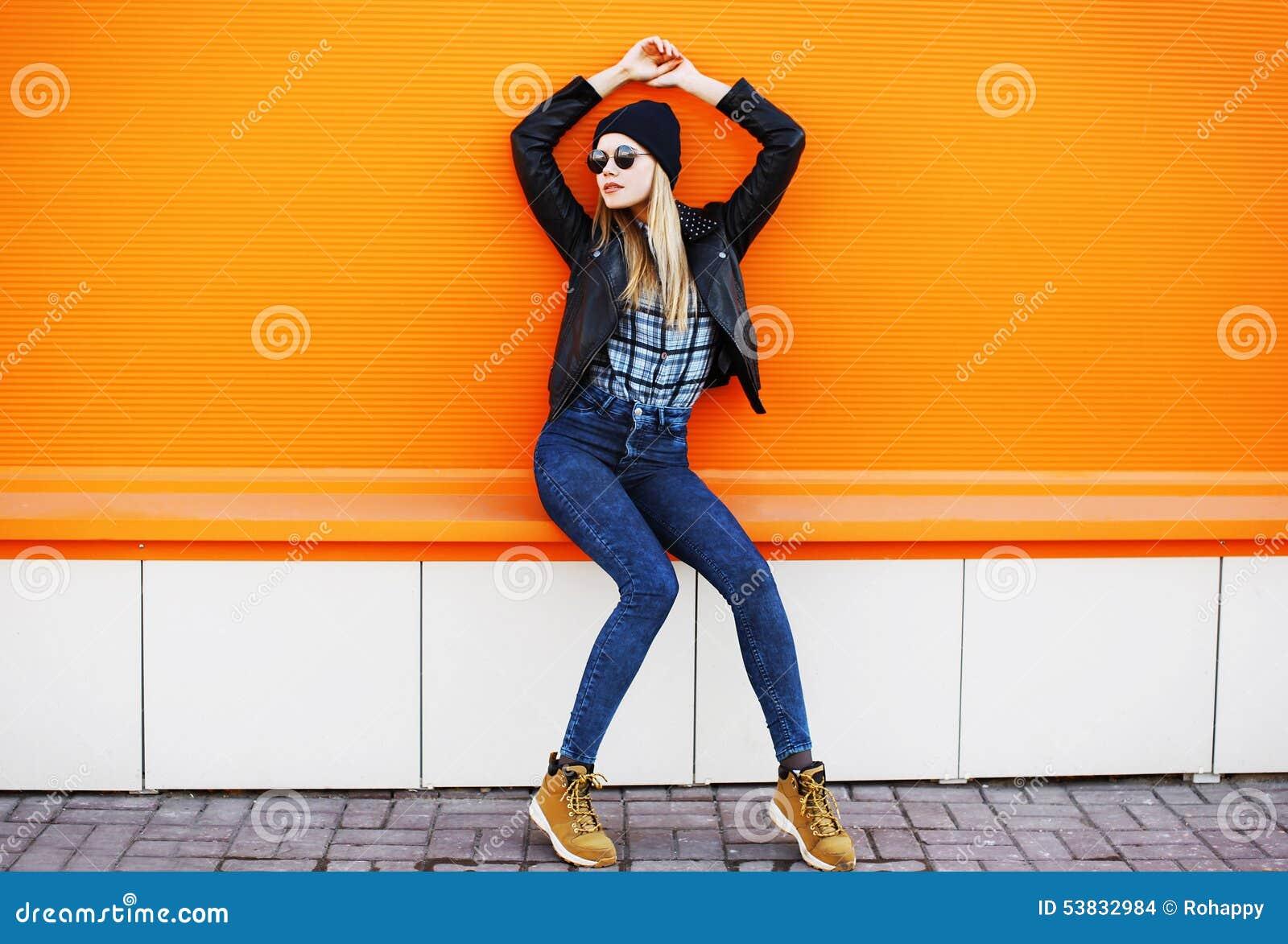 Concept de mode de rue - fille fraîche élégante dans le style de noir de roche