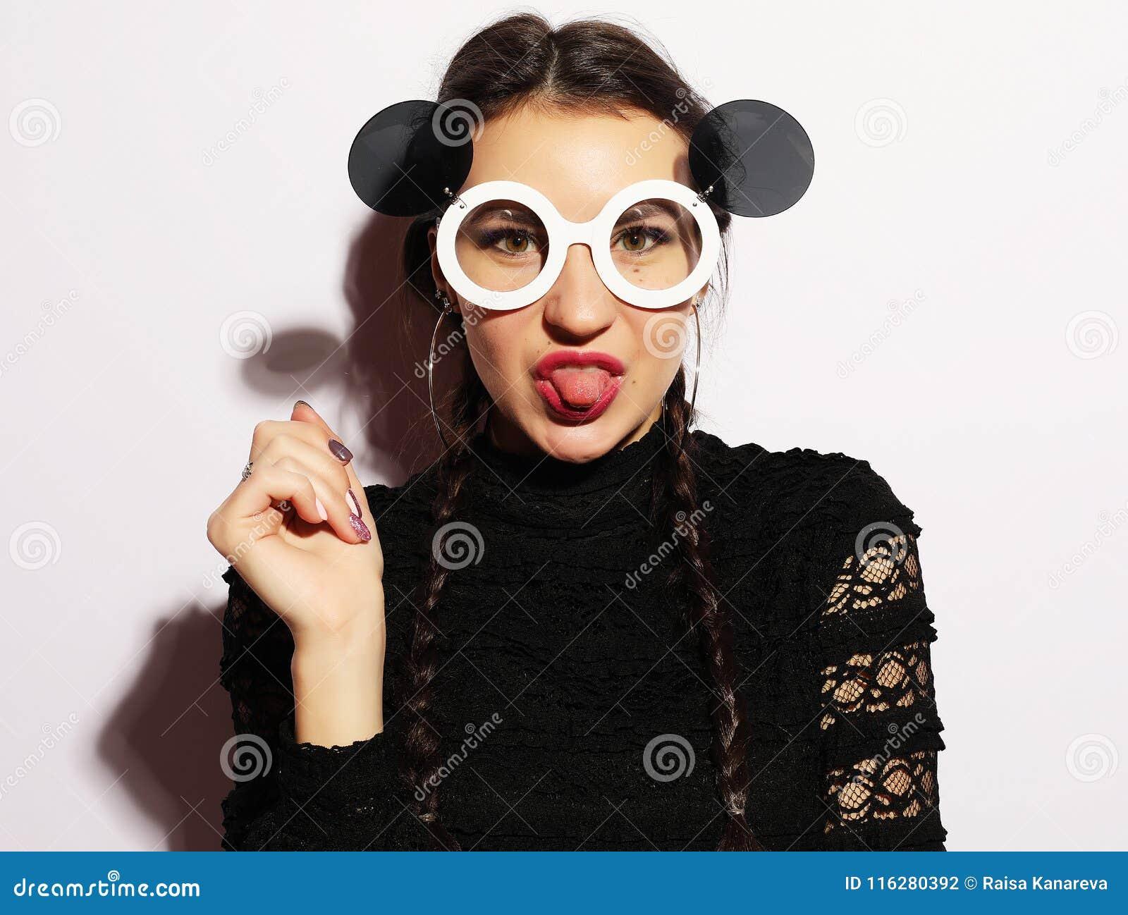 8c0dc2672cf6c Concept de mode Fille de mannequin étonnée par beauté utilisant de grandes  lunettes de soleil Jeune