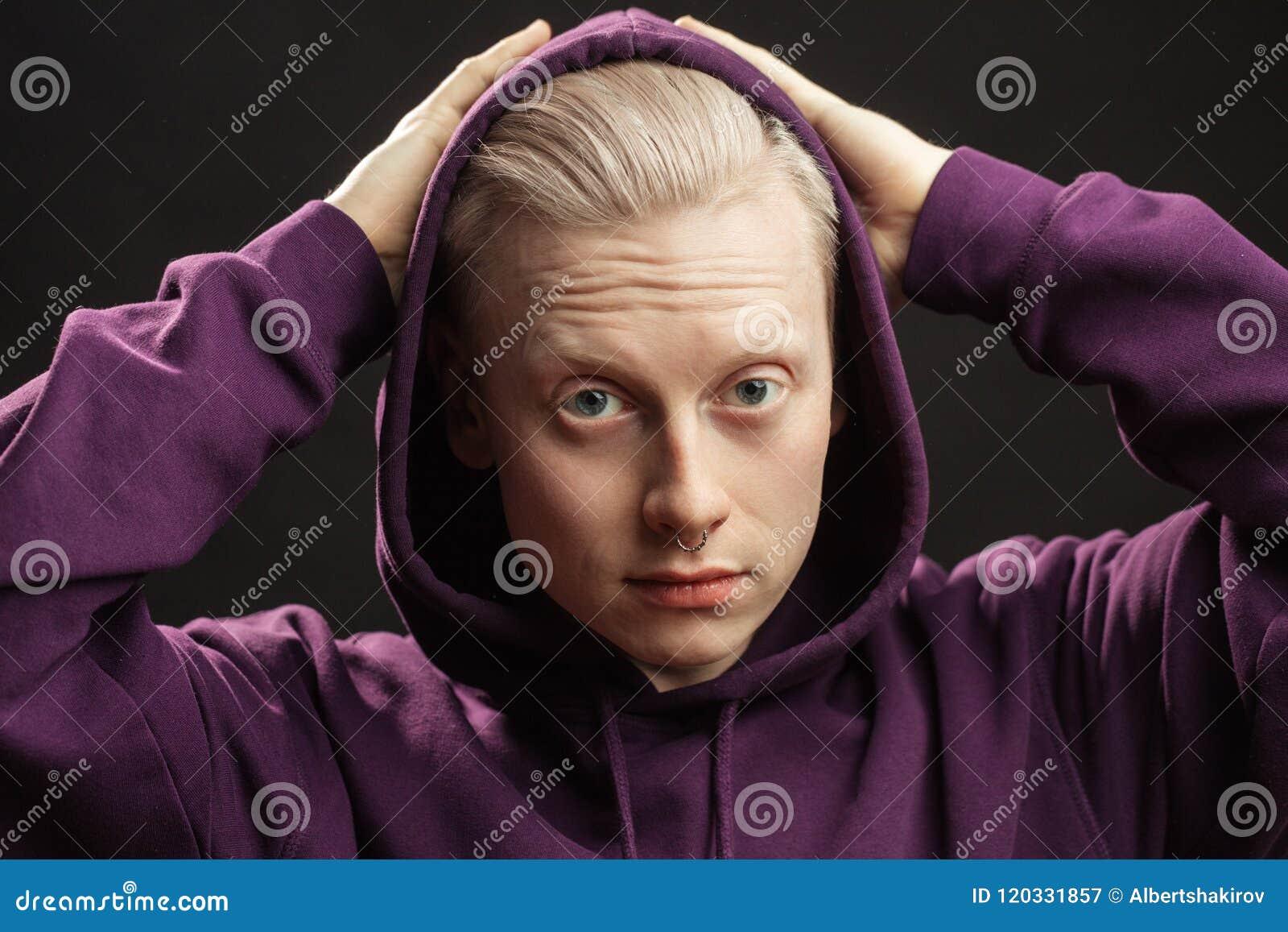 fe6053c76ac91 ... sports Athlète avec les cheveux blonds ajustant le capot au-dessus de  la tête sur le fond noir L'homme utilise le hoodie sportif Habillement de  sport, ...