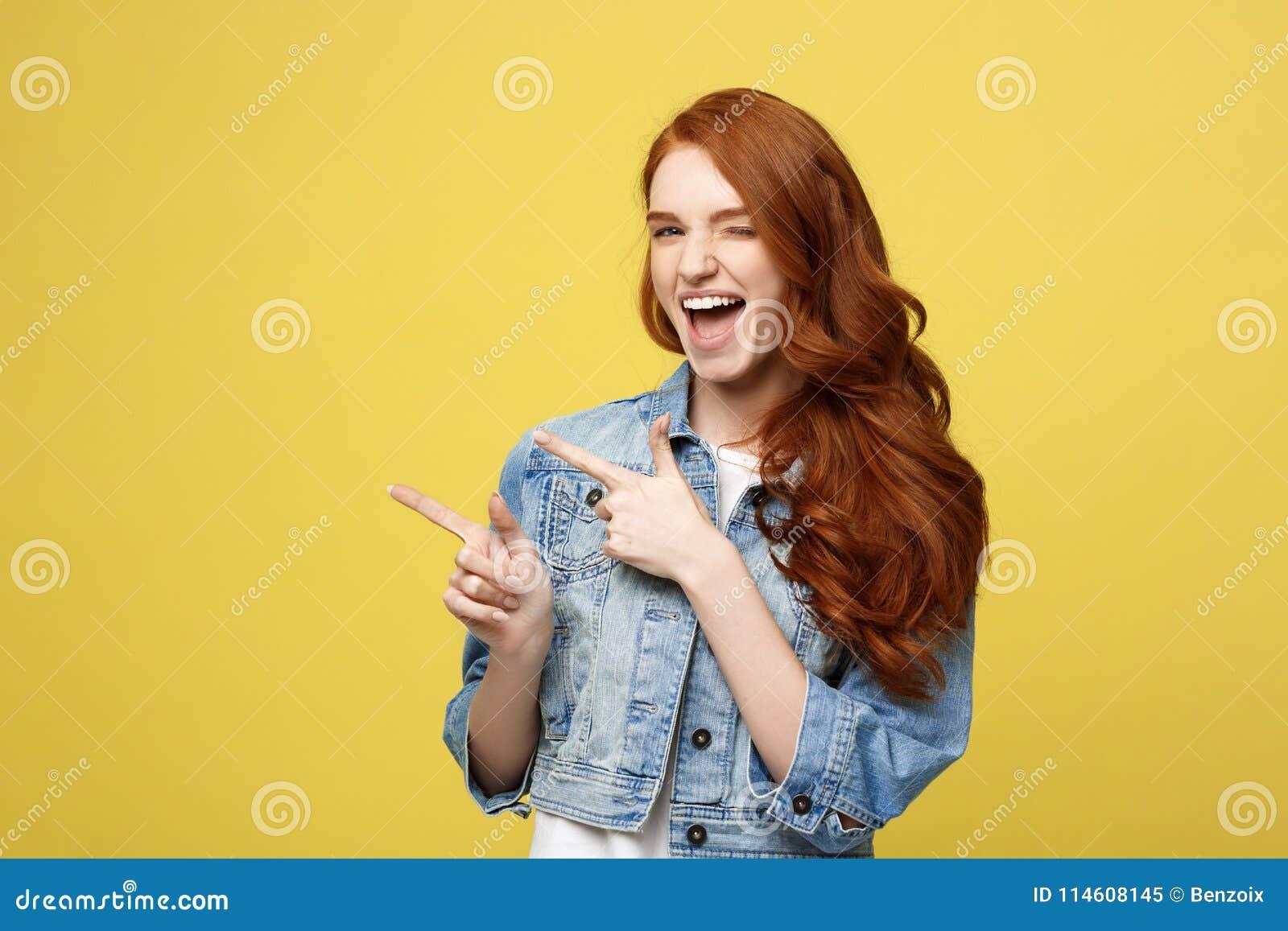 Concept de mode de vie : Fille de touristes cuacaisan enthousiaste heureuse dirigeant le doigt sur l espace de copie sur le jaune