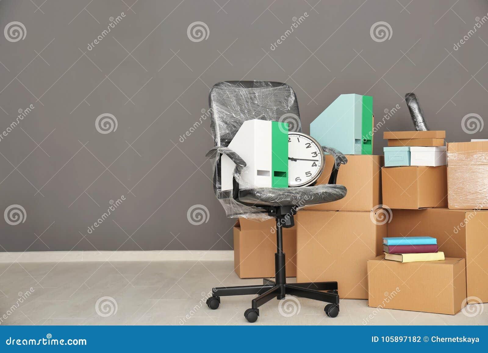 Concept De Mouvement Bureau Botes Et Chaise Carton