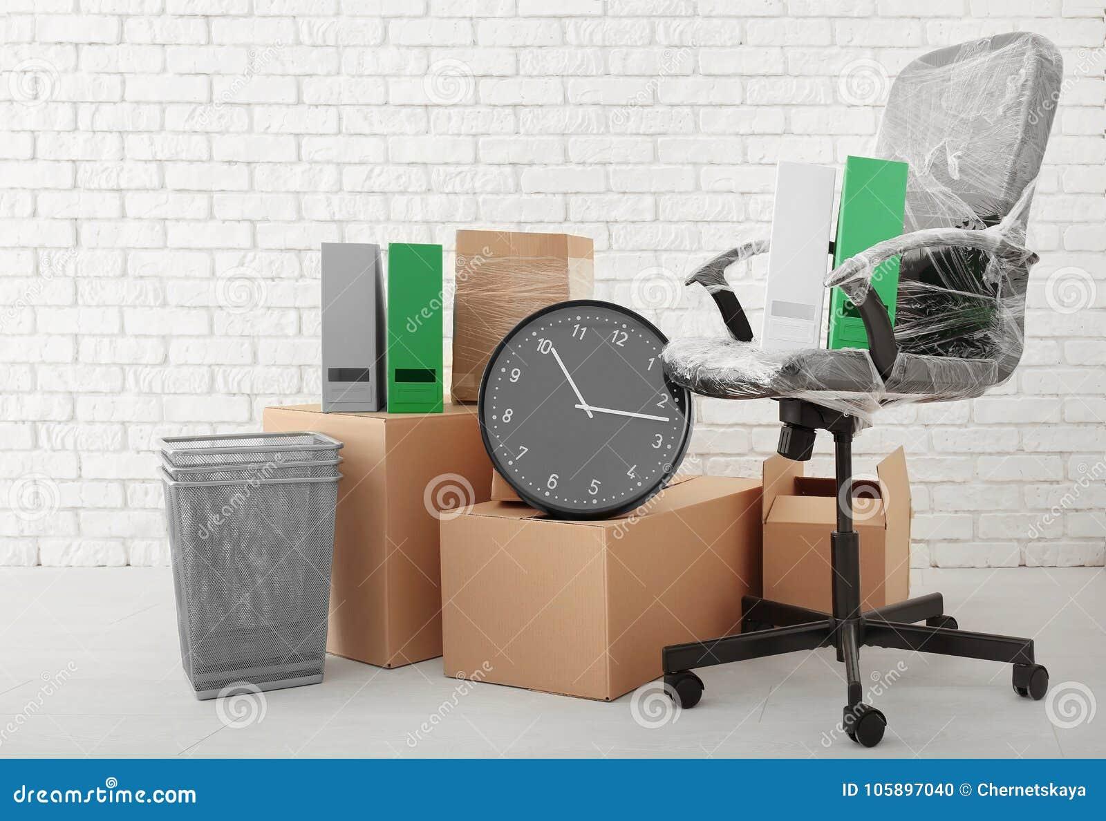 Download Concept De Mouvement Bureau Botes Et Chaise Carton Sur Le Plancher Photo Stock